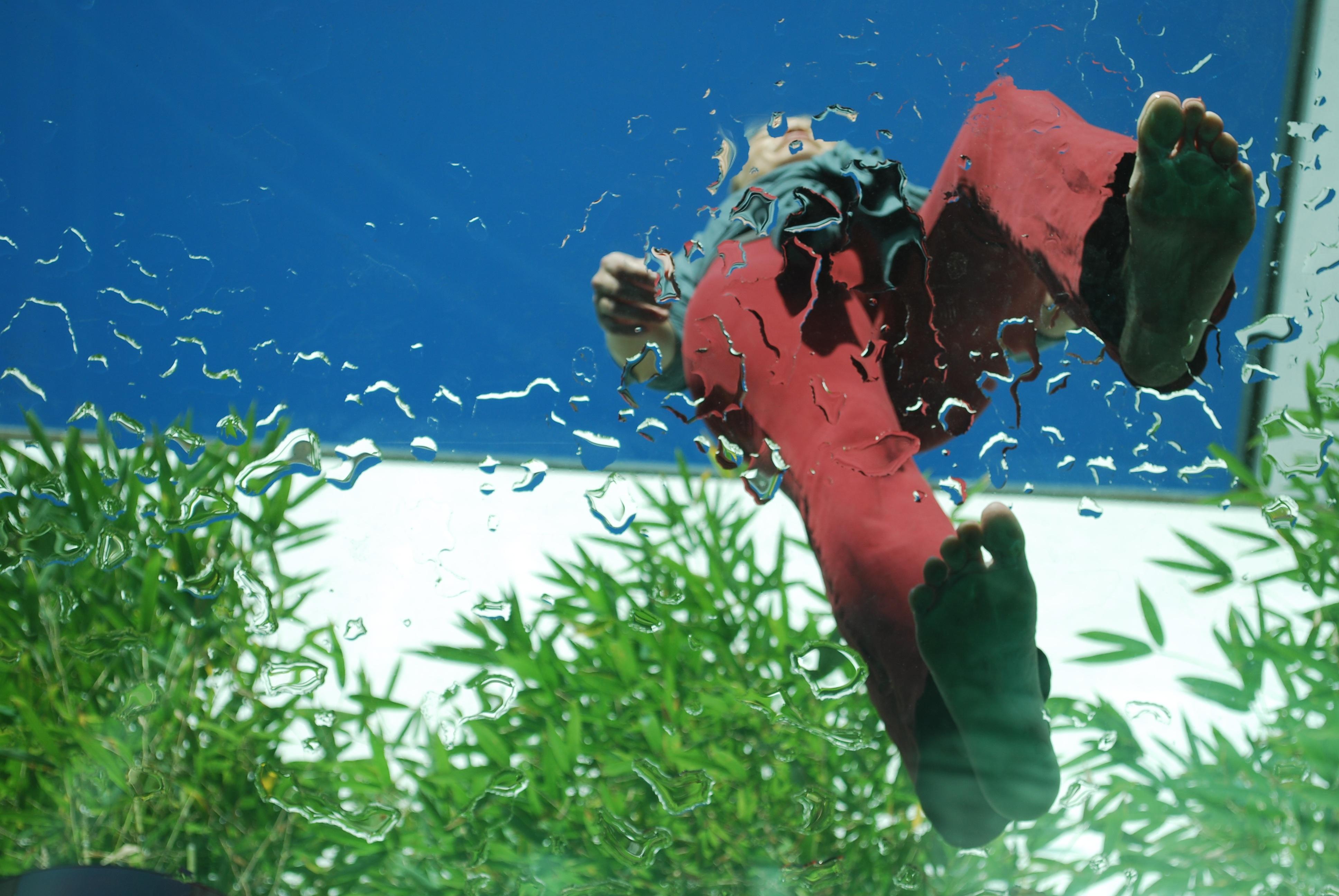 Gambar Berjalan Langkah Kaki Wanita Bawah Air Manusia