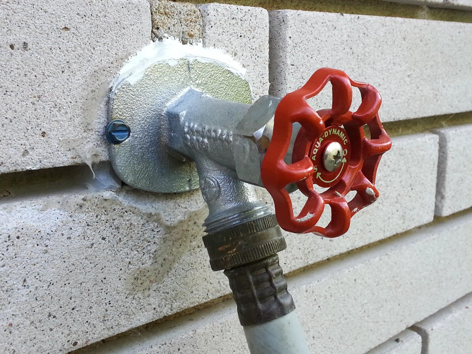 images gratuites eau roue rouge machine jardin saupoudrer l 39 ext rieur robinet tuyau. Black Bedroom Furniture Sets. Home Design Ideas