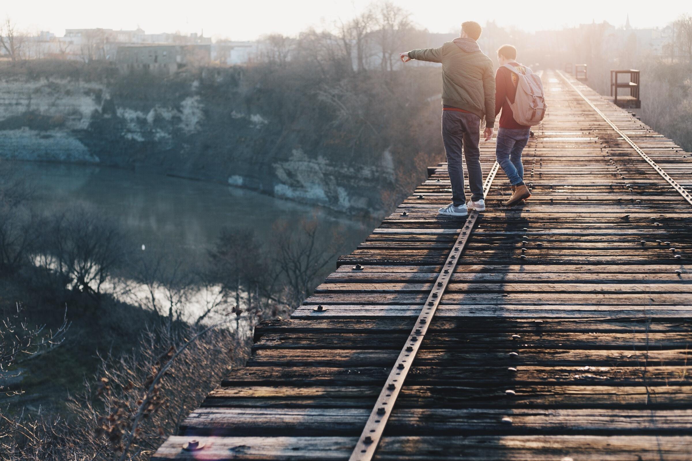 картинки на мосту человека этого