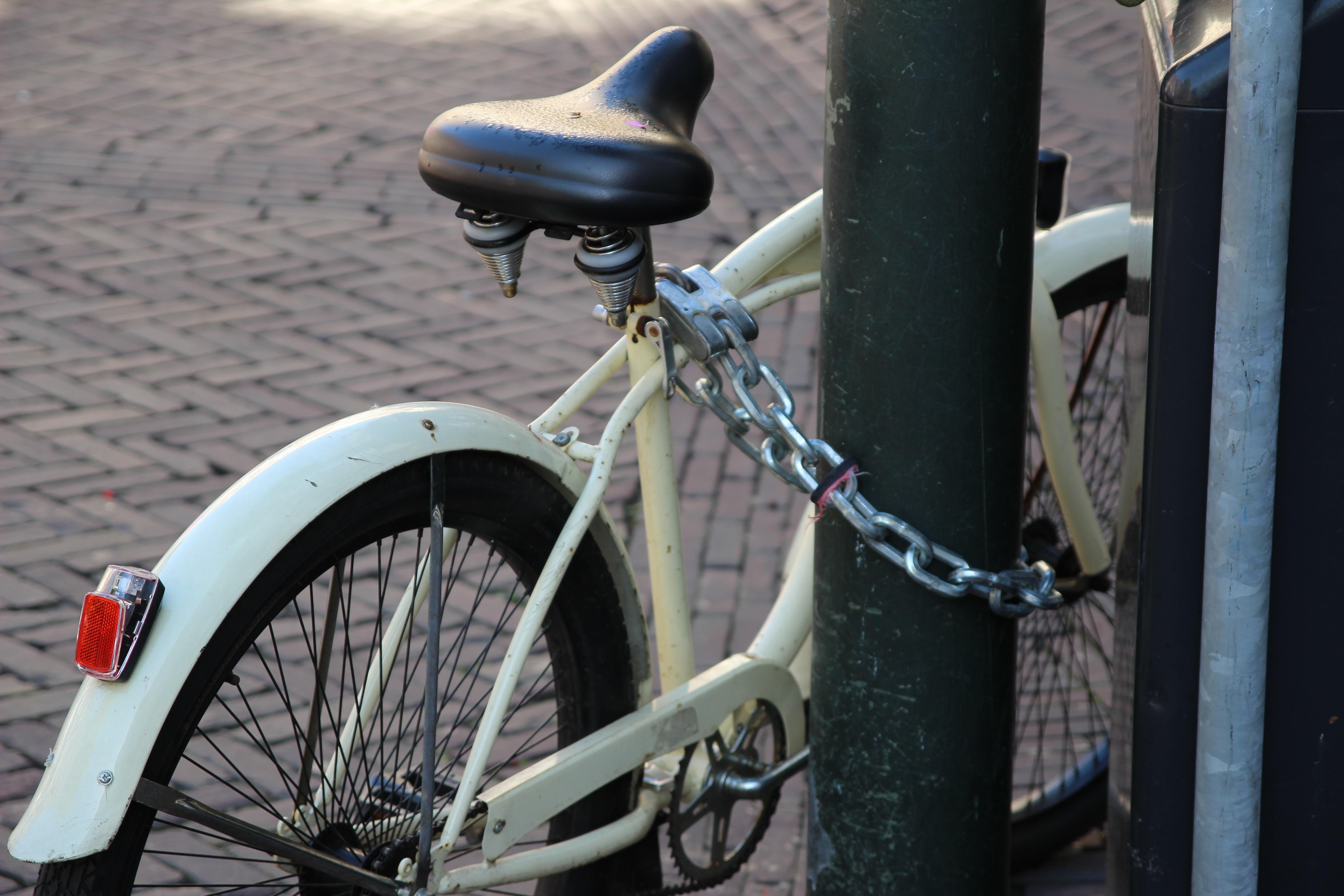 Фото мужчина на велосипеде ризнице-музее