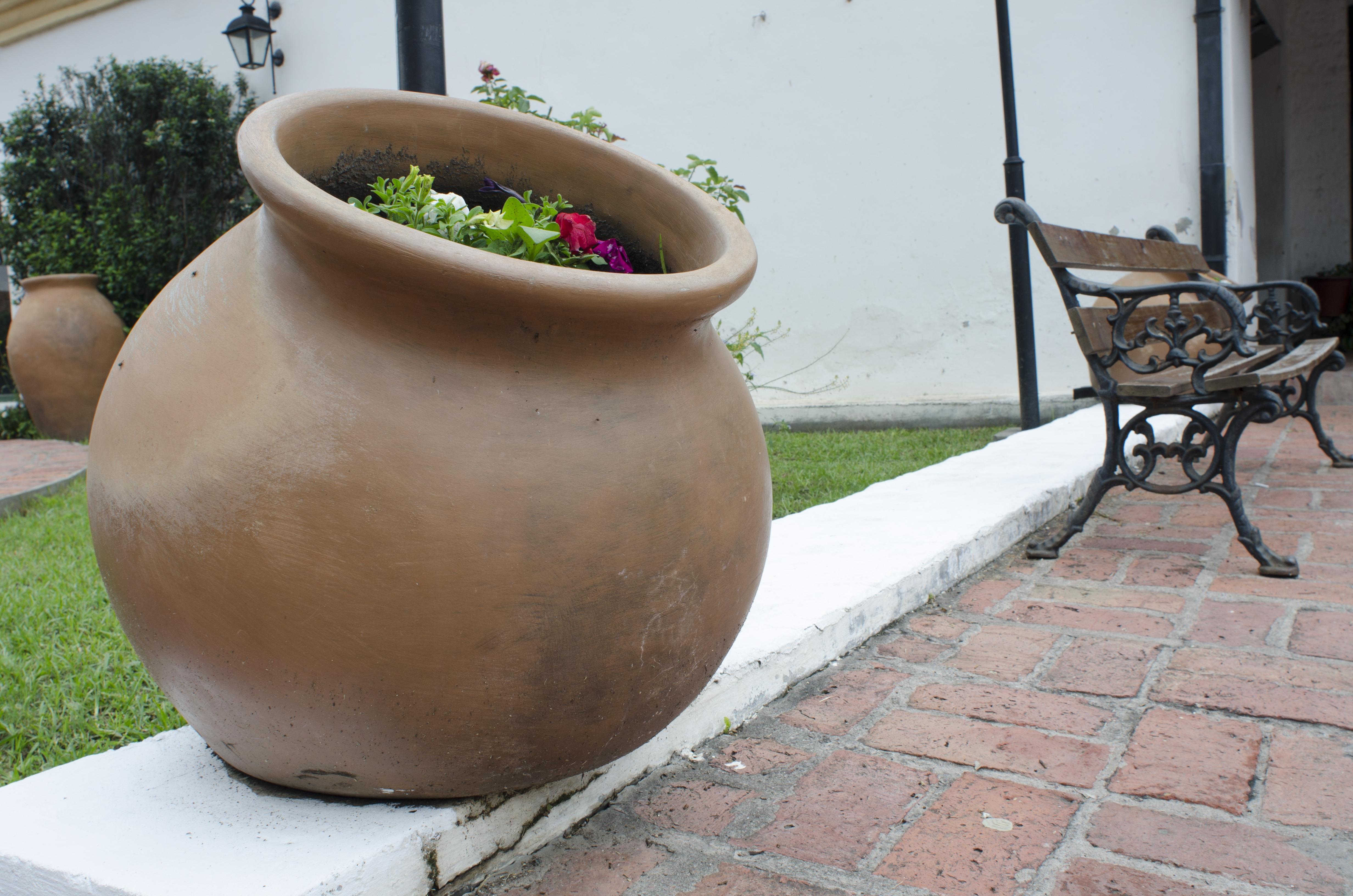 Fotos gratis rueda cer mico patio interior jard n for Ceramica patios fotos