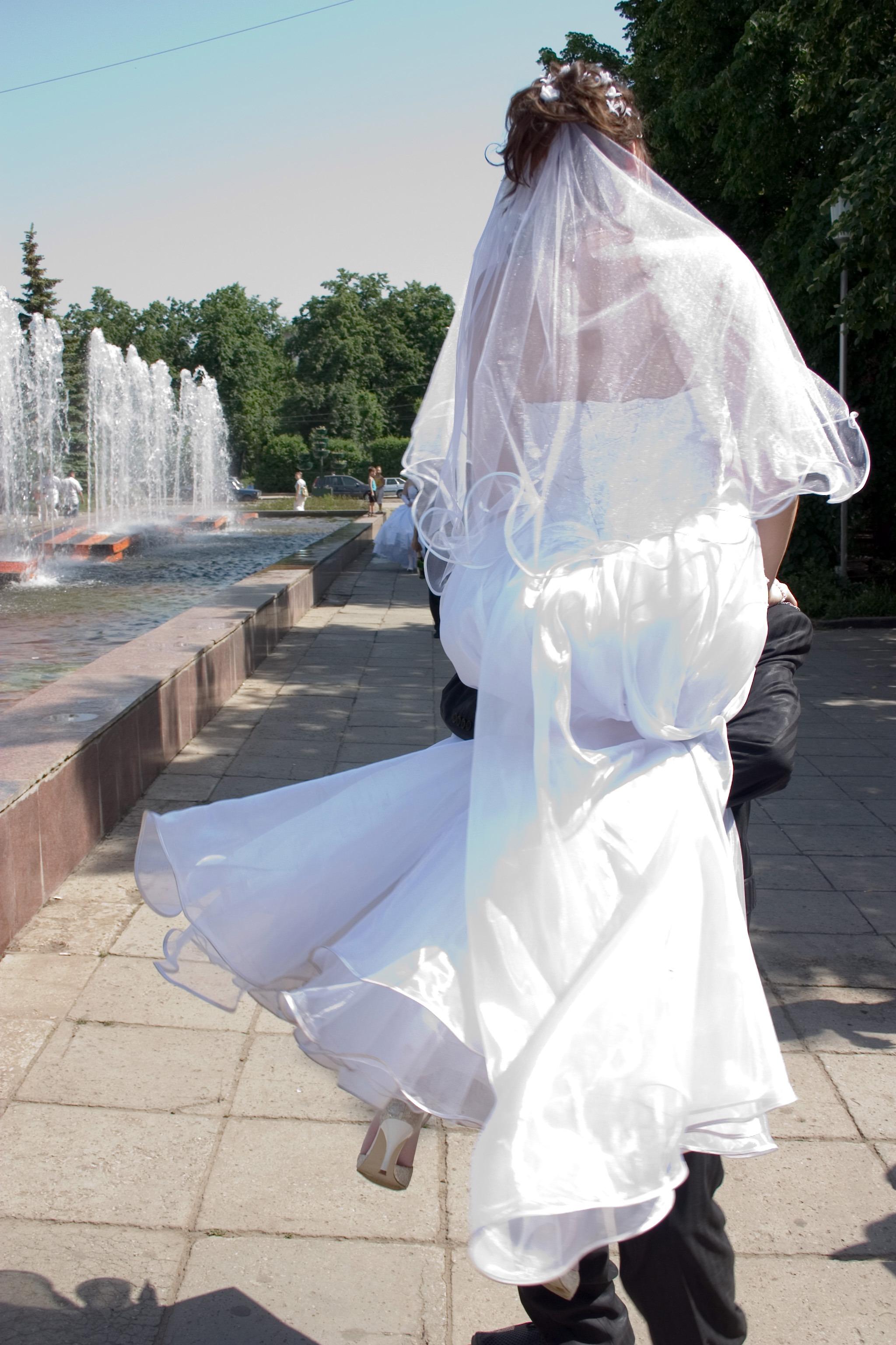 665d393c1eee biely odevy svadobné nevesta šaty fontána kostým talár závoj ženích na ruky  módny doplnok