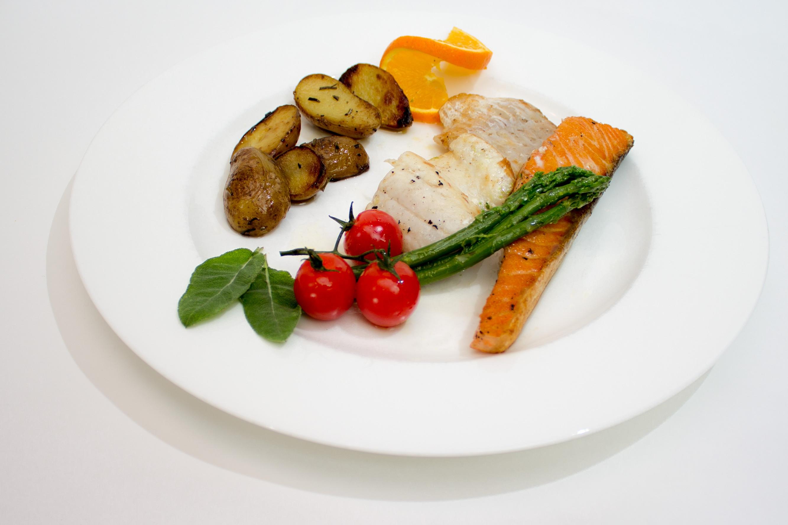 images gratuites blanc plat repas aliments salade produire l gume assiette poisson. Black Bedroom Furniture Sets. Home Design Ideas