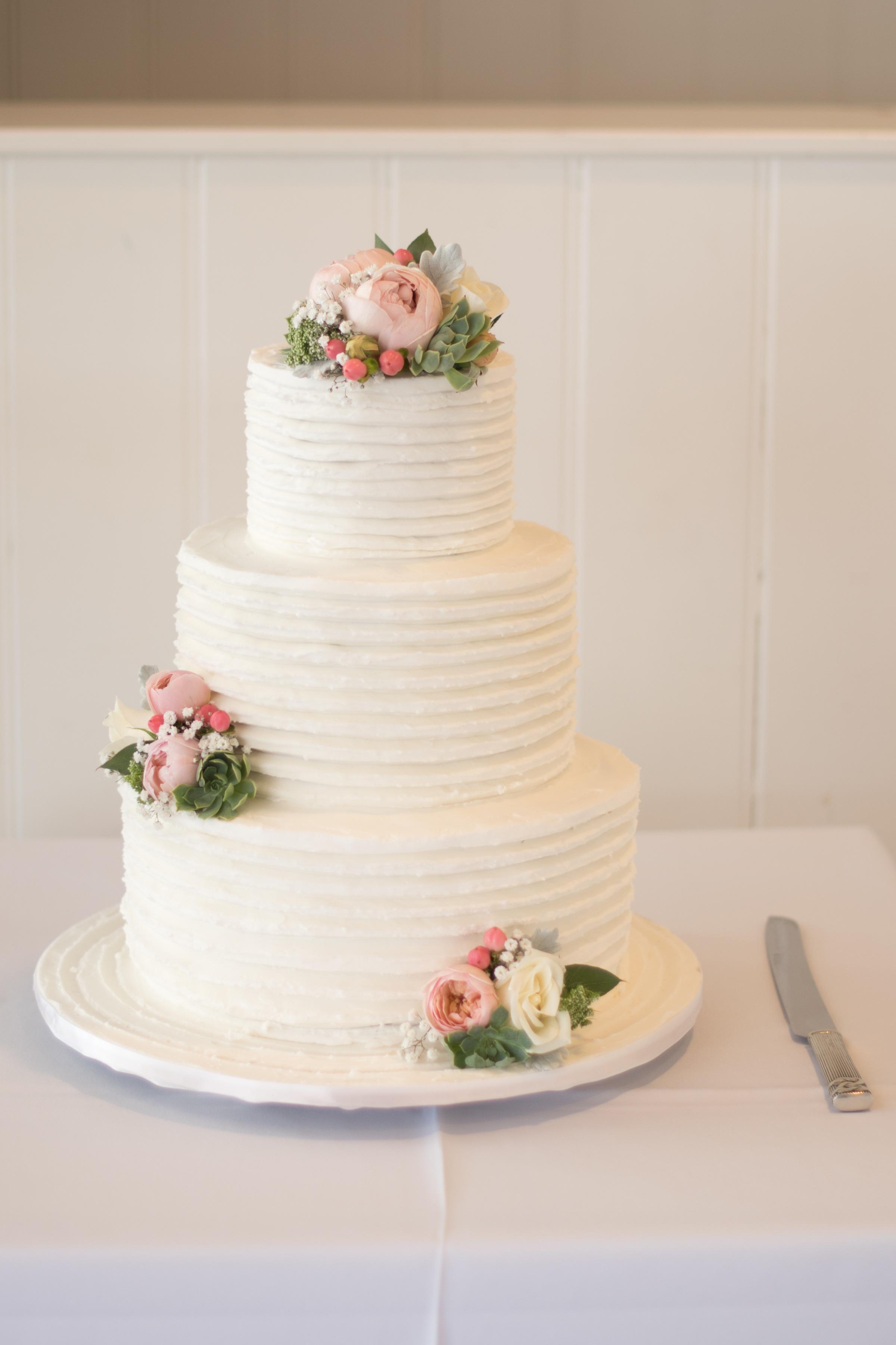 1f35cb9e1a54 vit ljuv blomma kronblad firande mat rosa dessert bröllop äktenskap kaka  fira glasyr reception bröllopstårta sockerpasta
