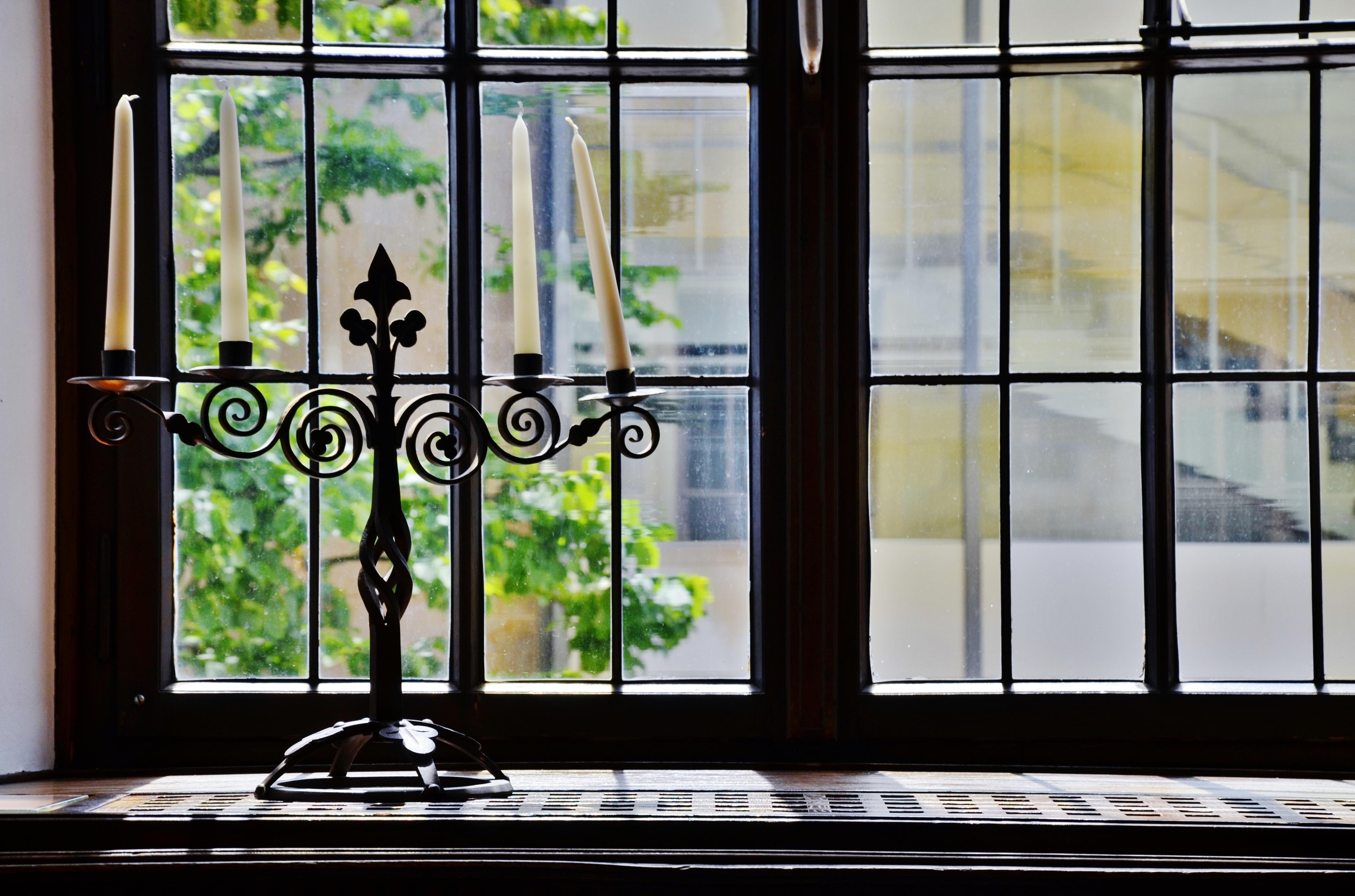 fotos gratis vaso casa fachada travesao de la ventana puerta candelero diseo de interiores velas luz de una vela iluminacin natural
