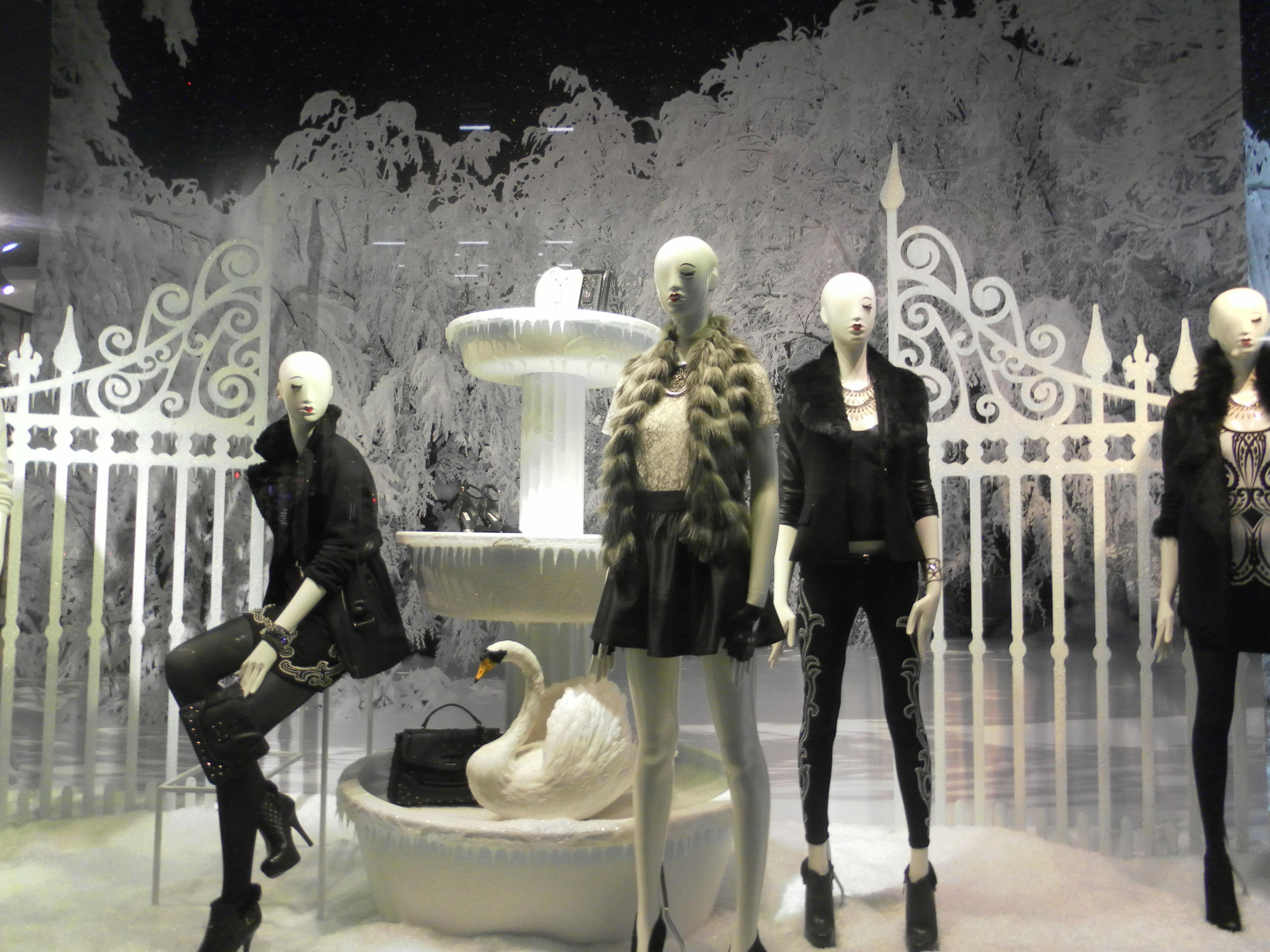 9f8c248510af Fotos gratis : estatua, Moda, ropa, juguete, Ventana de la tienda ...