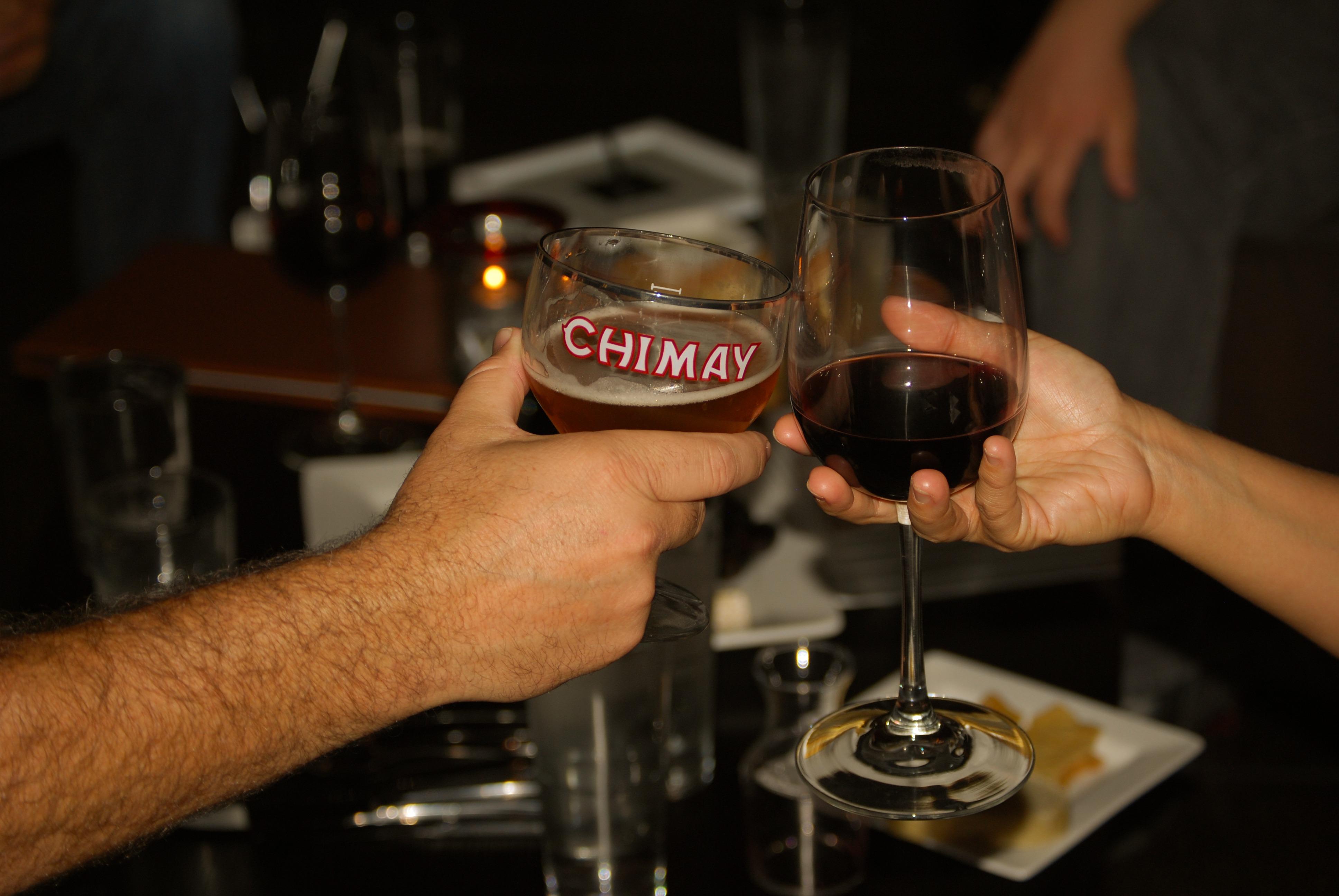 Фото бокалов с вином в клубе