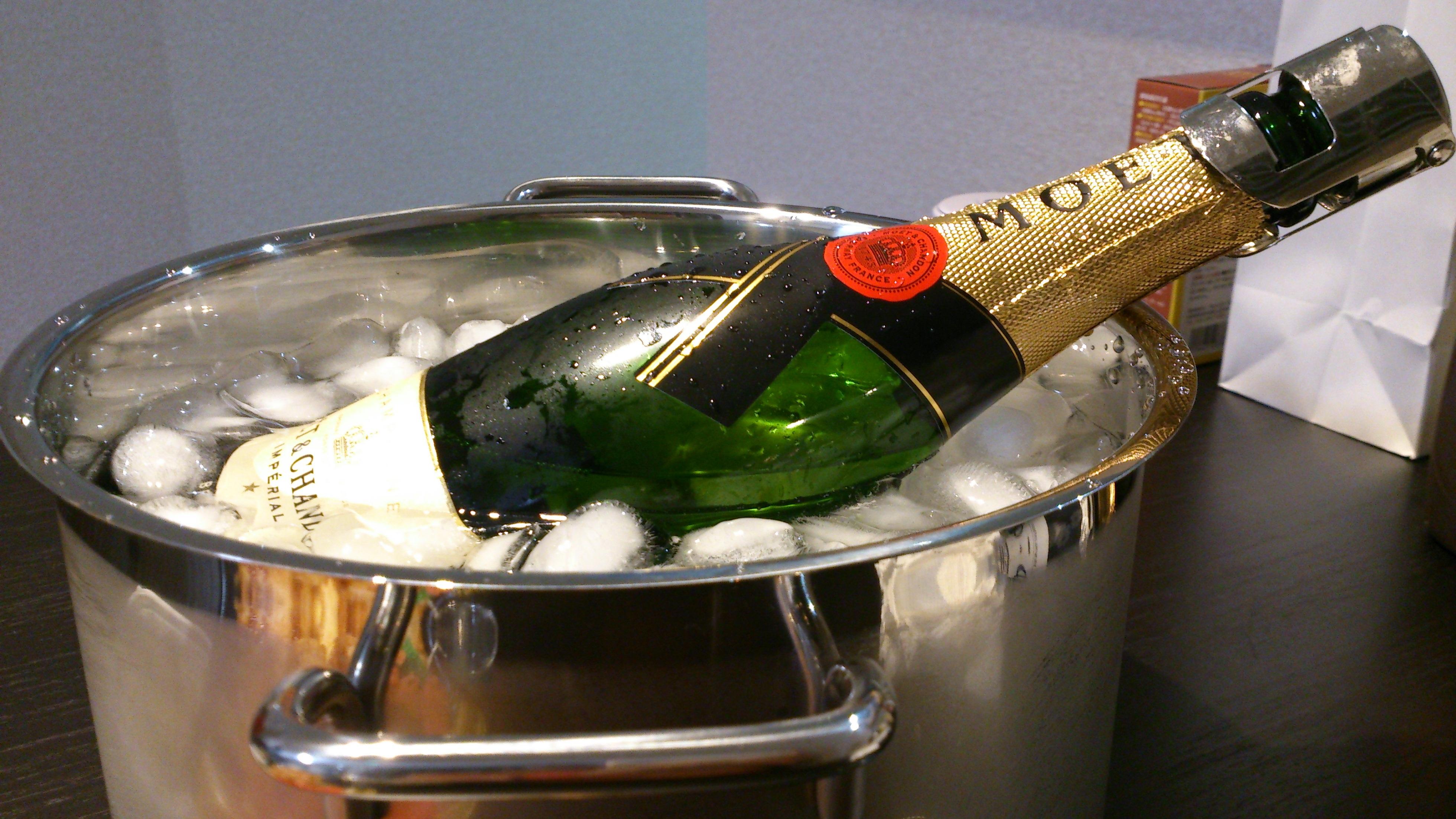 Картинки бутылка шампанского на столе