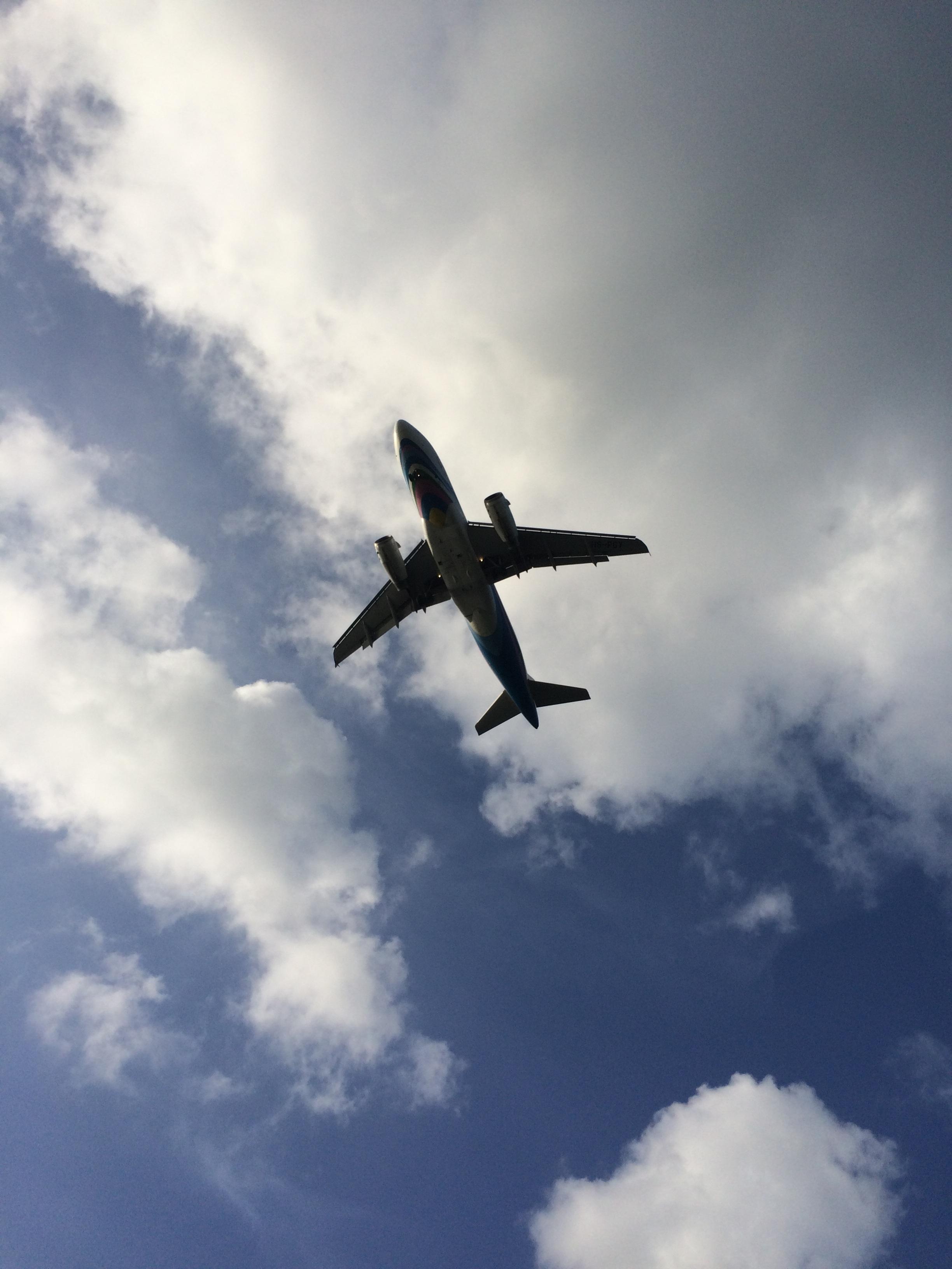 самолёт в небе фото