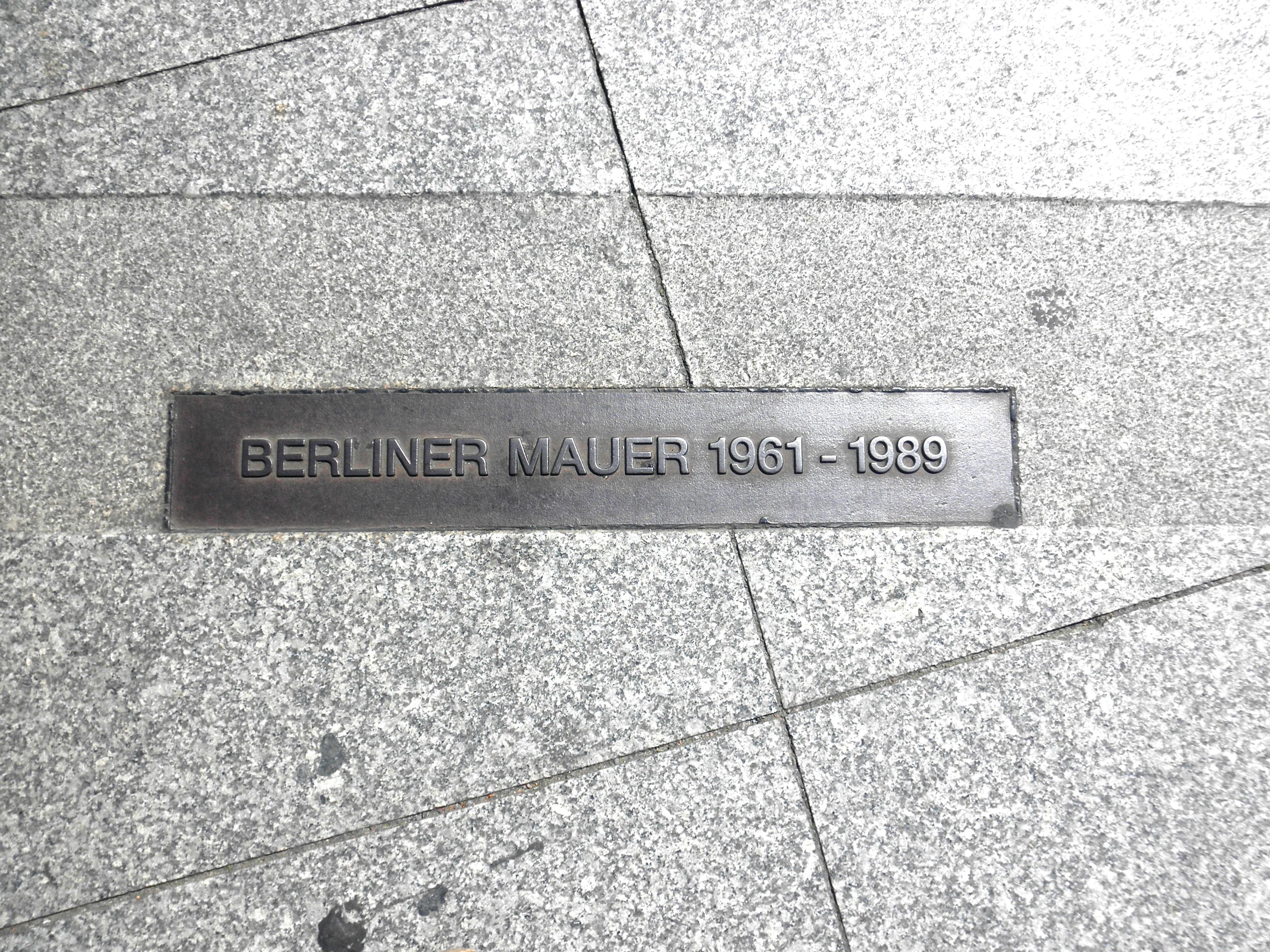ปีก จำนวน ผนัง อนุสาวรีย์ บรรทัด เยอรมนี เบอร์ลิน เครื่องหมาย ประวัติศาสตร์  ปารีสระเบิด ผนังเบอร์ลิน แผ่นหิน