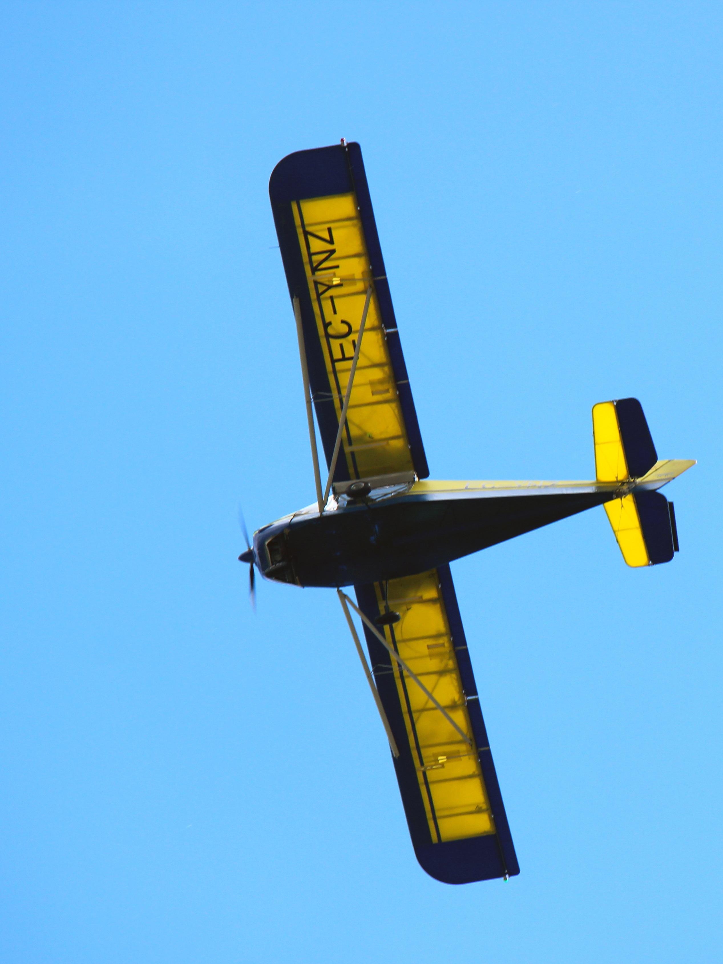 Gambar Sayap Langit Pesawat Terbang Kendaraan Perusahaan 04 Remote Kontrol Penerbangan Kuning Awan Pertunjukan Udara Ringan Aerobatik Model