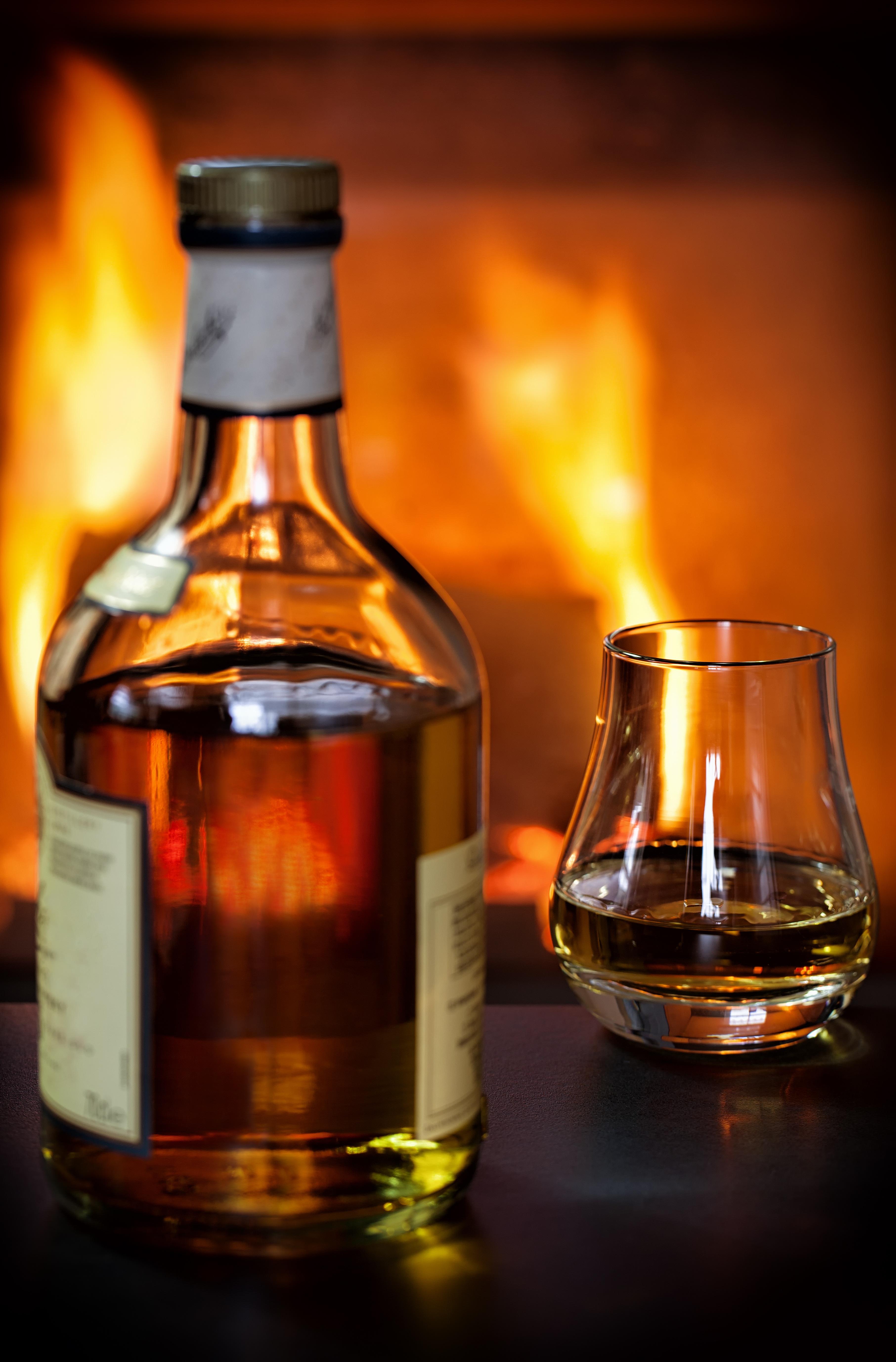 fotos gratis invierno vaso llama fuego chimenea beber botella calor alcohol alcohlico espritu horno licor beneficio de reflejando