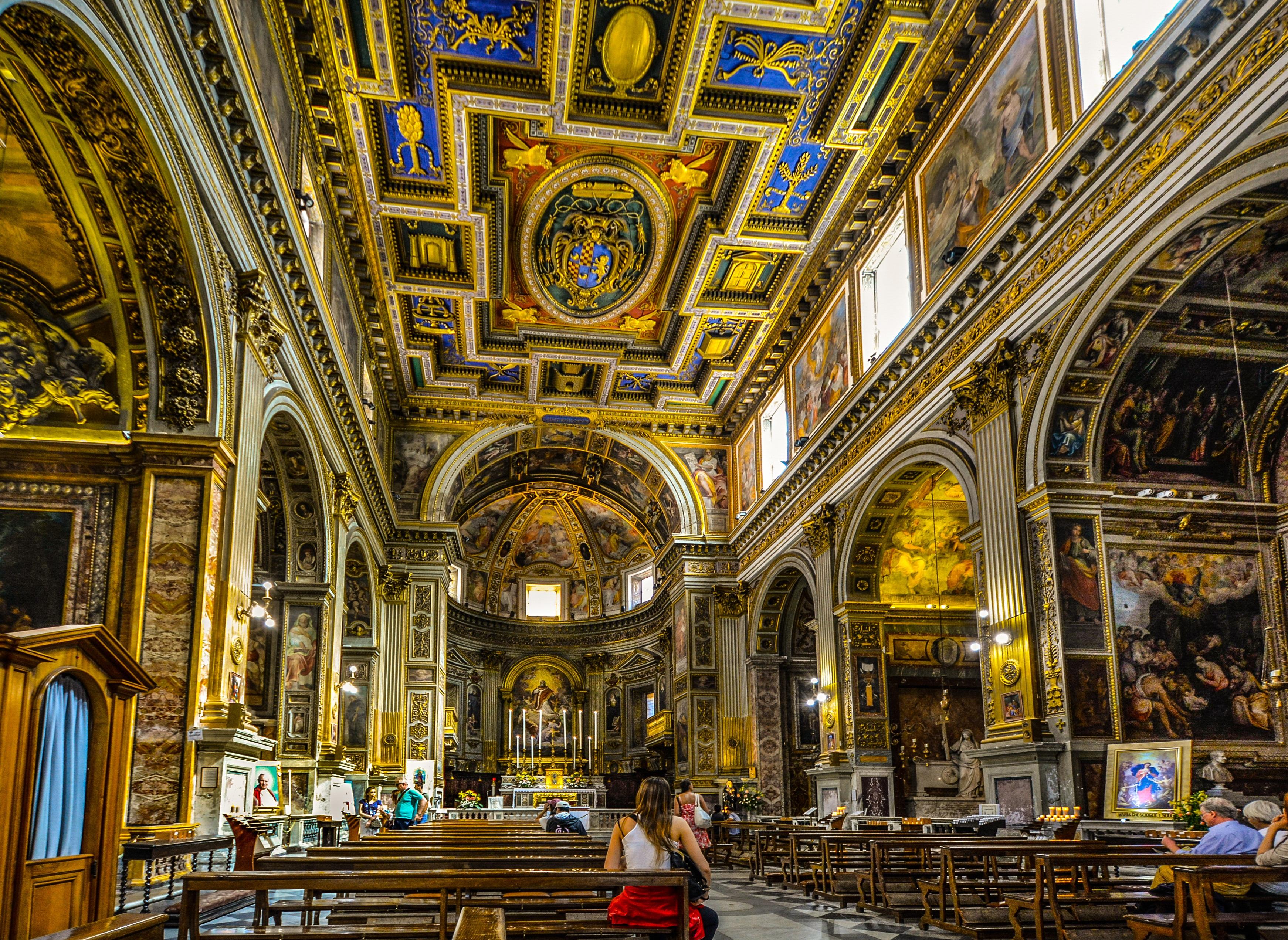 Frau Bank Innere Gebäude Europa Bogen Decke Religion Italien Kirche Dom  Gotisch Anbetungsstätte Beten Altar Synagoge