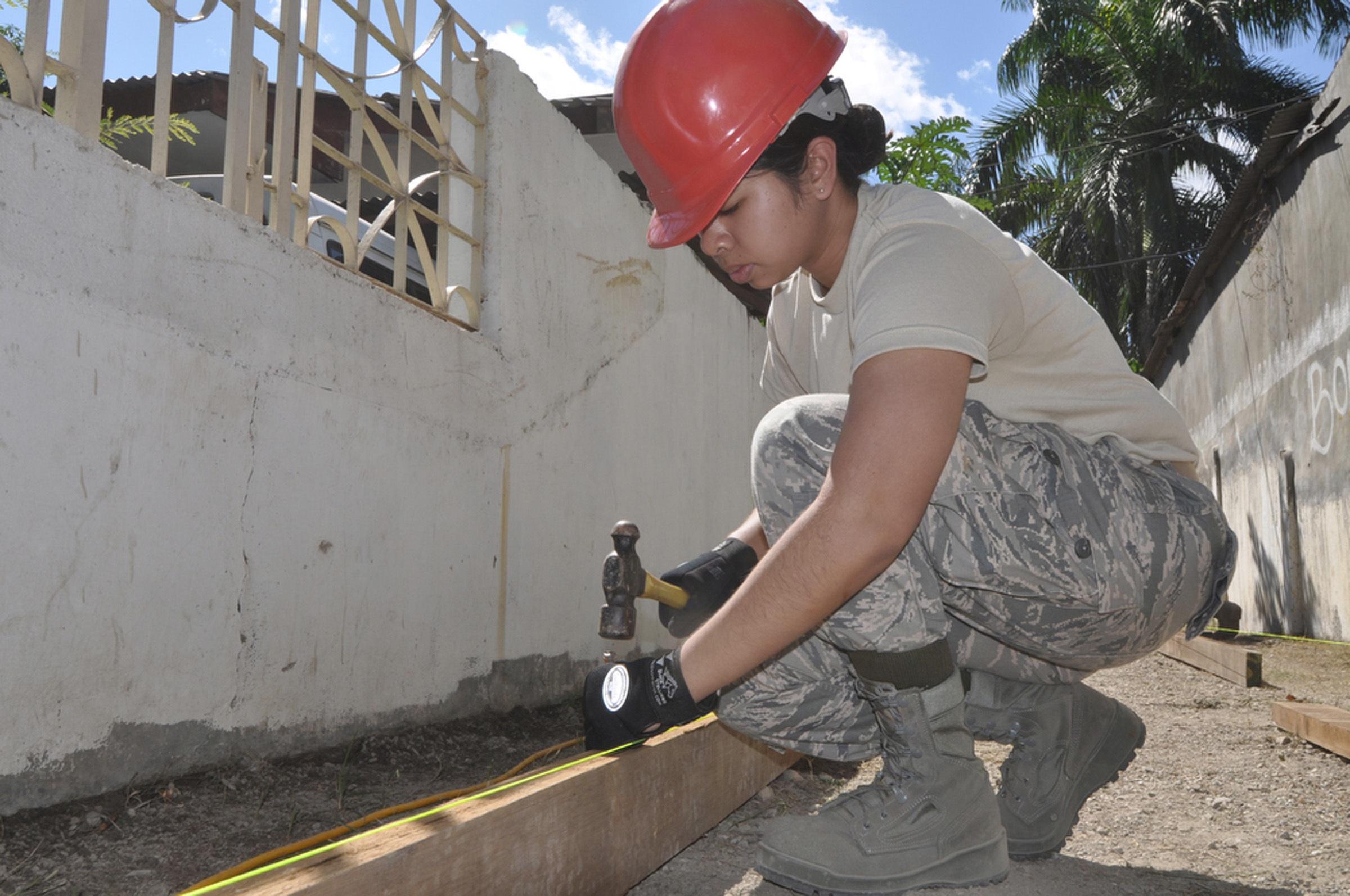 images gratuites   femme  b u00e2timent  asphalte  construction  marteau  casque  construire  site