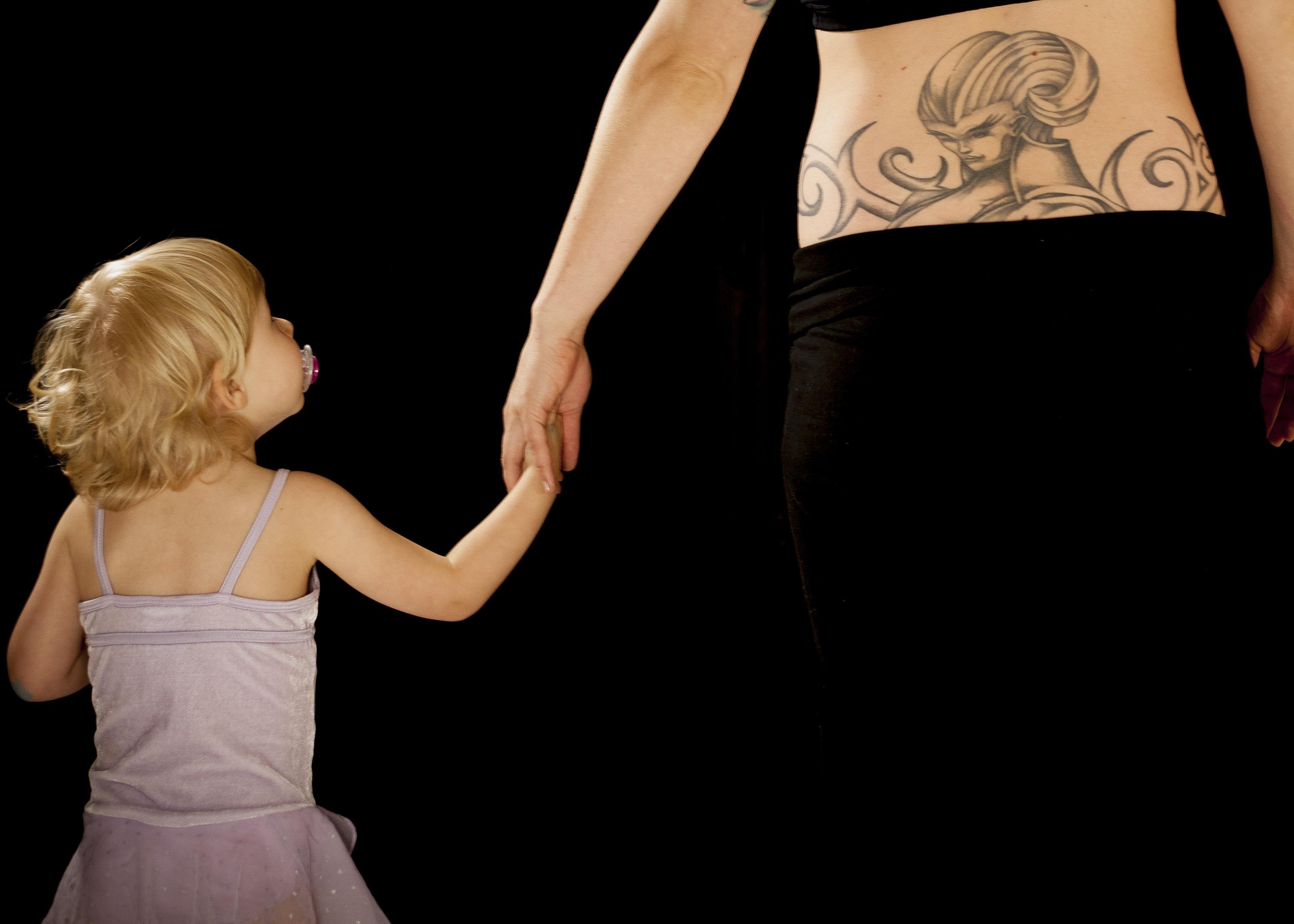 Брюнетка с тату на руке танцует фото 110-689
