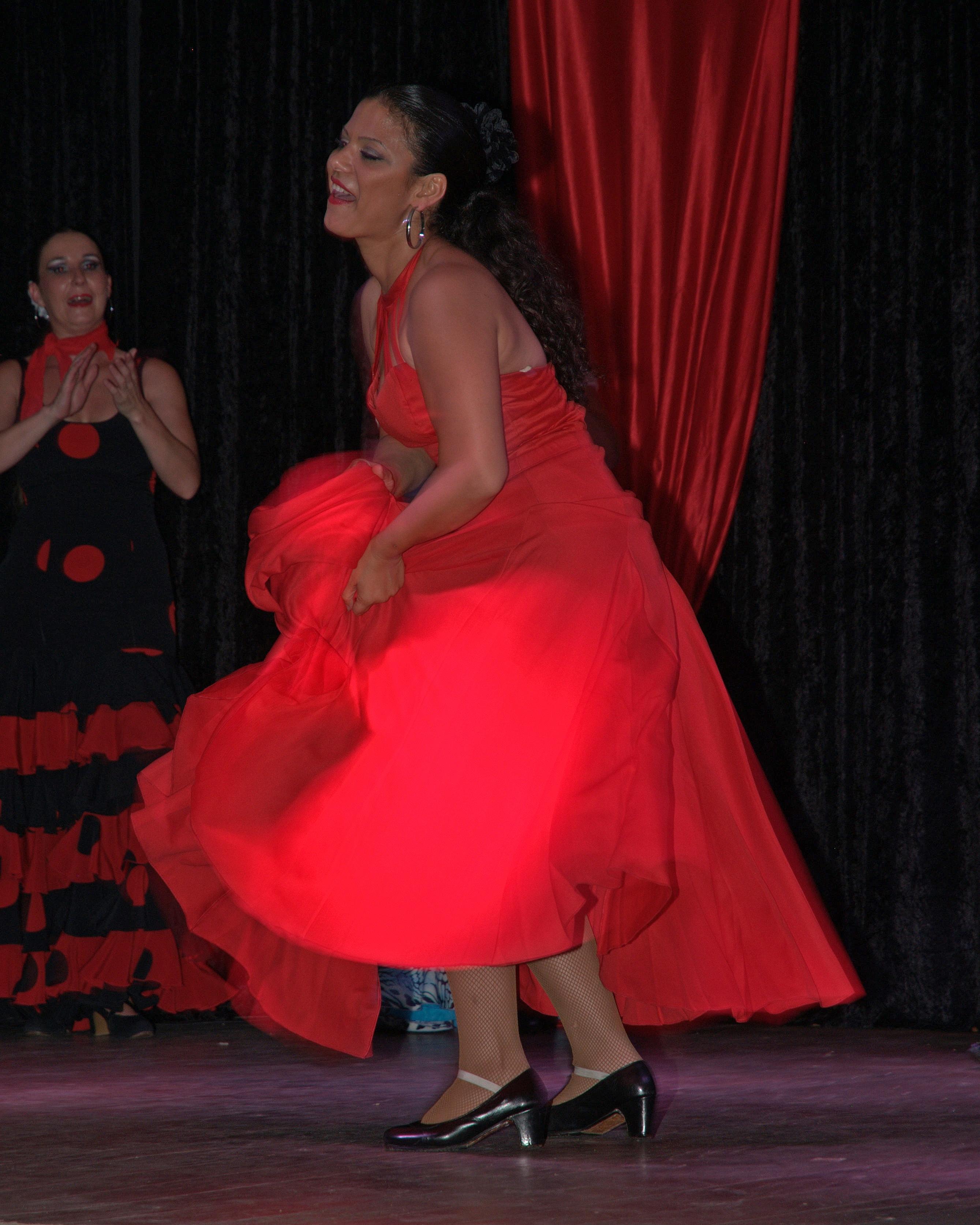 Танцует под юбкой ничего фото 14-838