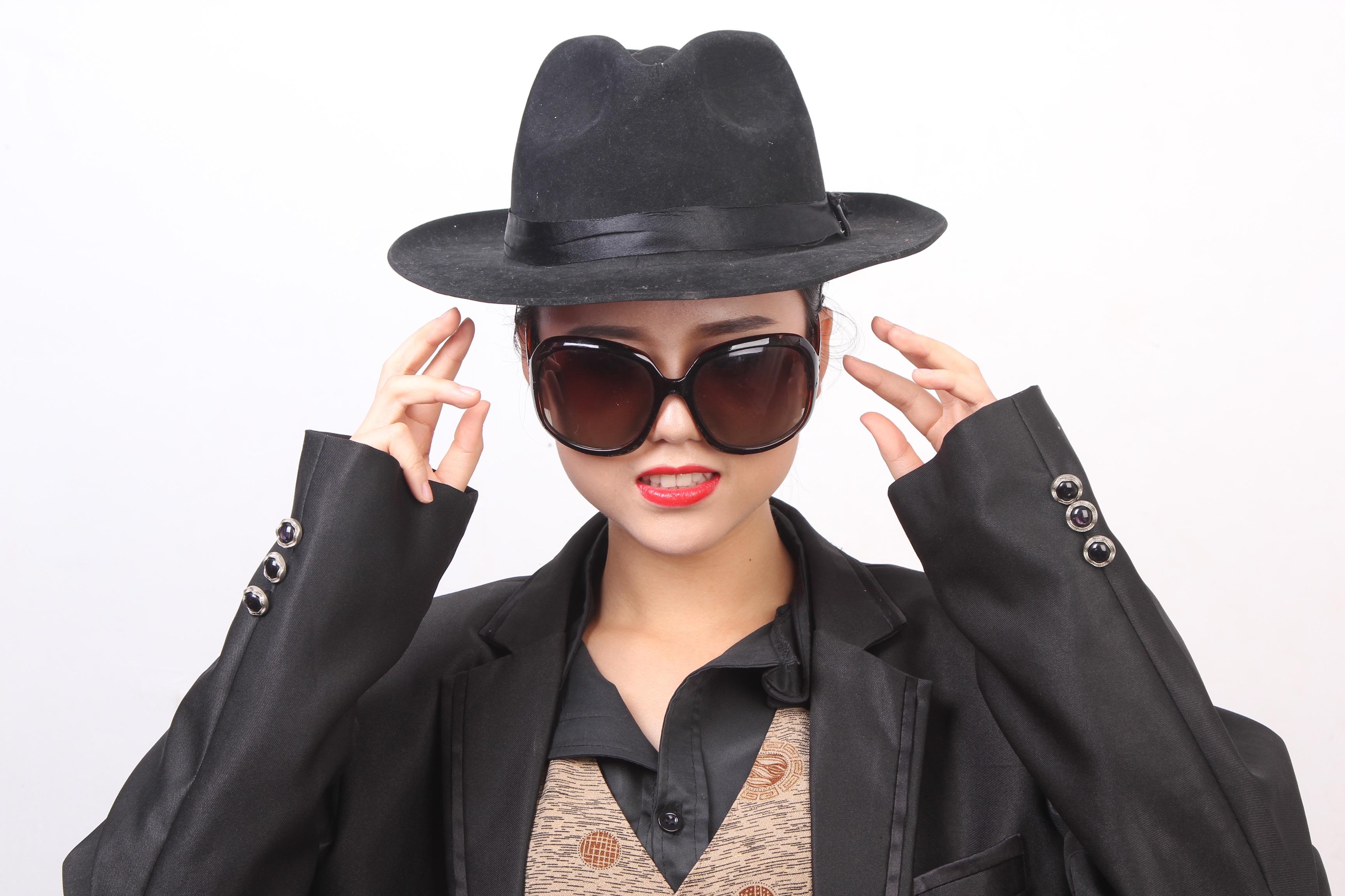 a379cda88a59 kvinde læder hat tøj sort hovedbeklædning frisure camouflage gentleman  solbriller briller kasket overskæg briller fedora hvid