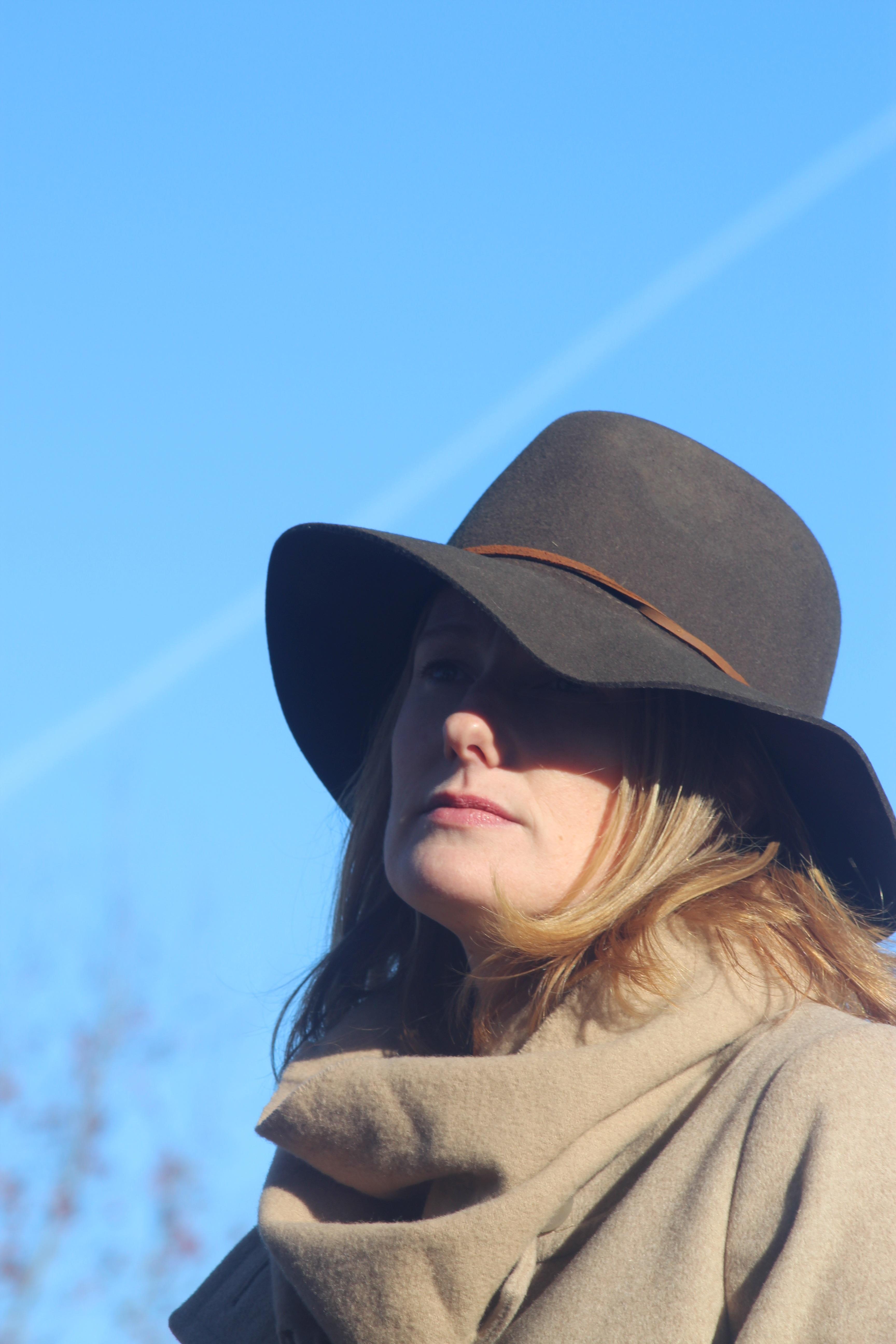 6b7e0d3d86c1 kvinde model hat mode blå tøj dame hovedbeklædning frisure solbriller  briller kasket hoved stil fedora mode