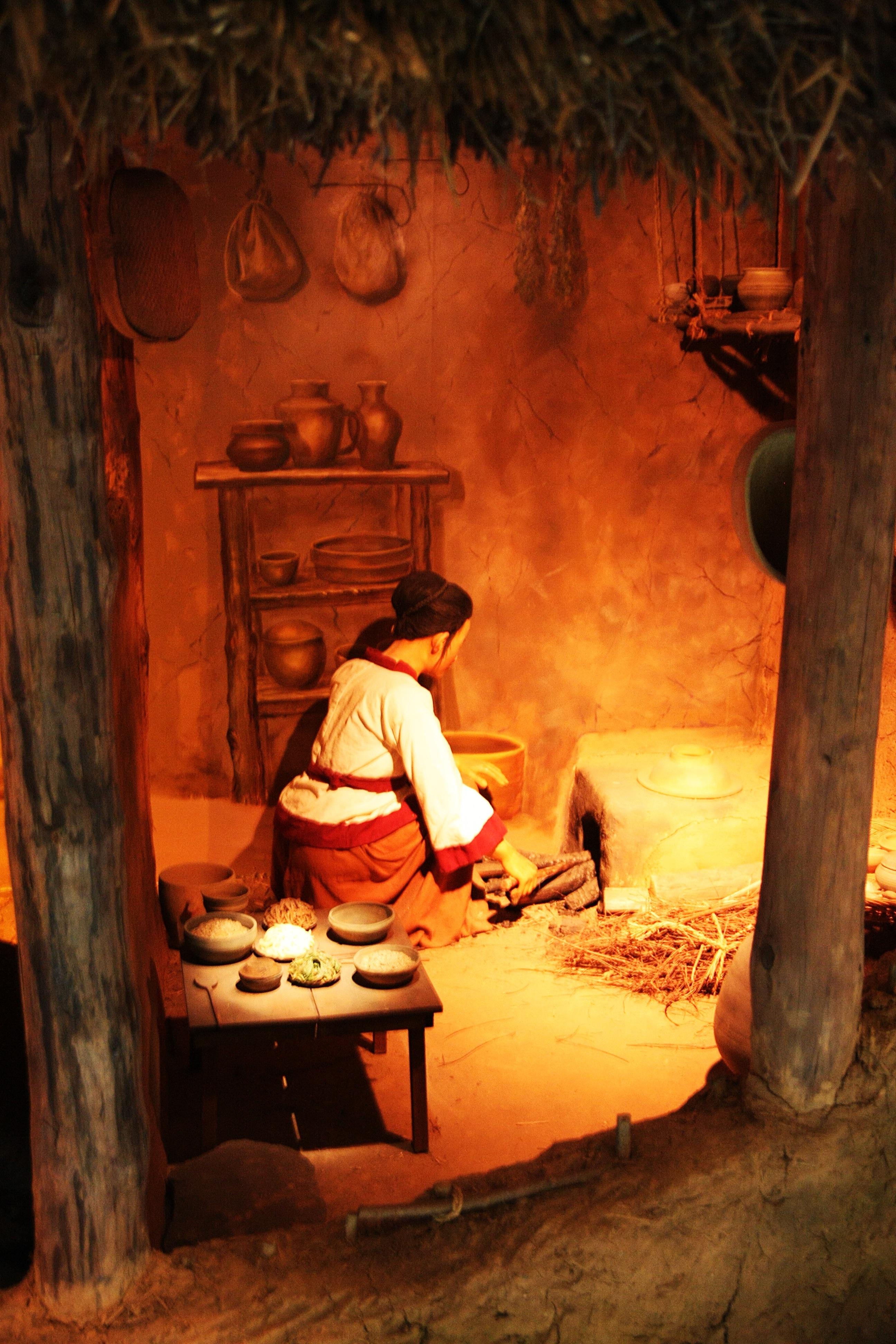 Fotoğraf Kadın Model Mutfak Karanlık Boyama Oyuncak Bebek