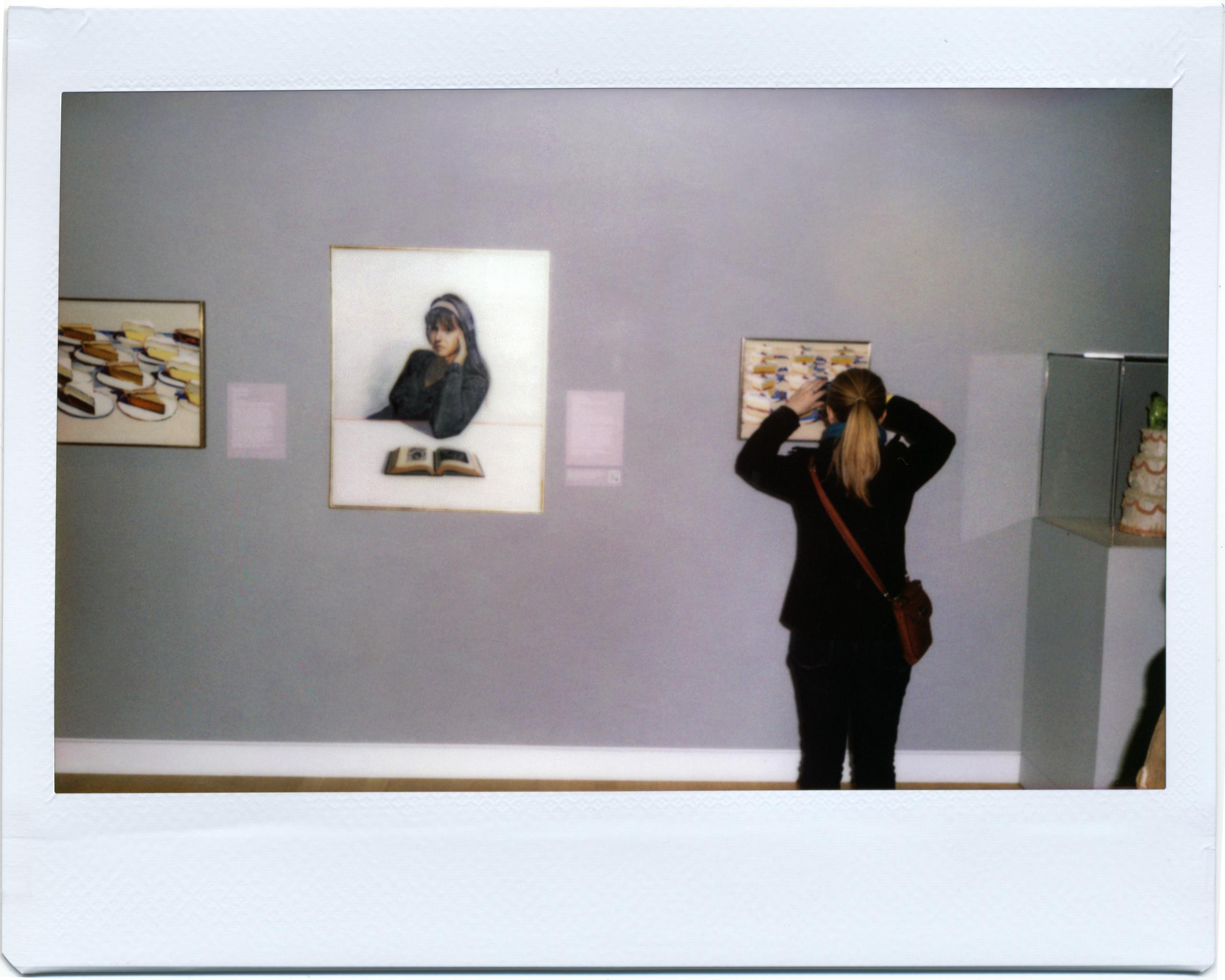 Fotos gratis : mujer, museo, pintura, marca, art, marco, exposición ...