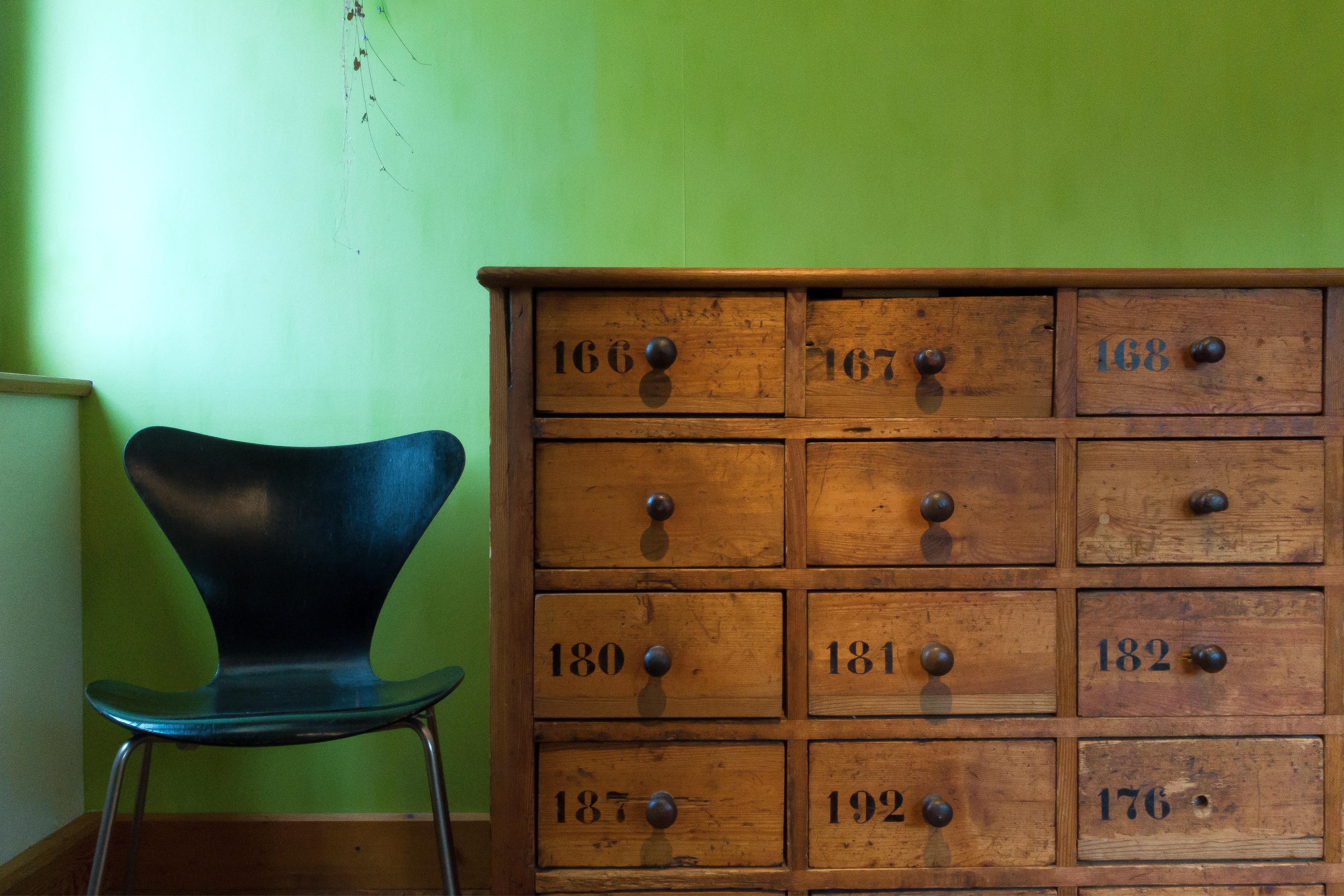 Fotos gratis : antiguo, silla, número, verde, espacio, negro, mueble ...