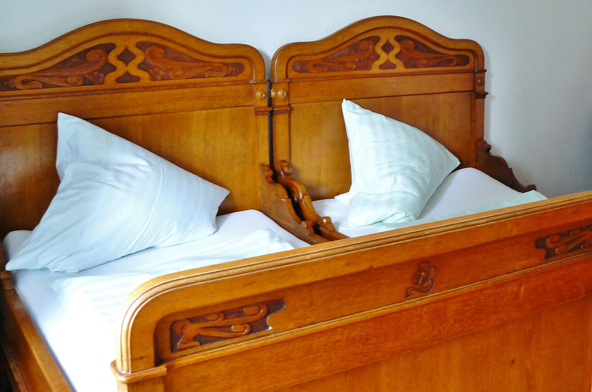 Fotos gratis : antiguo, nostalgia, mueble, habitación, almohada ...