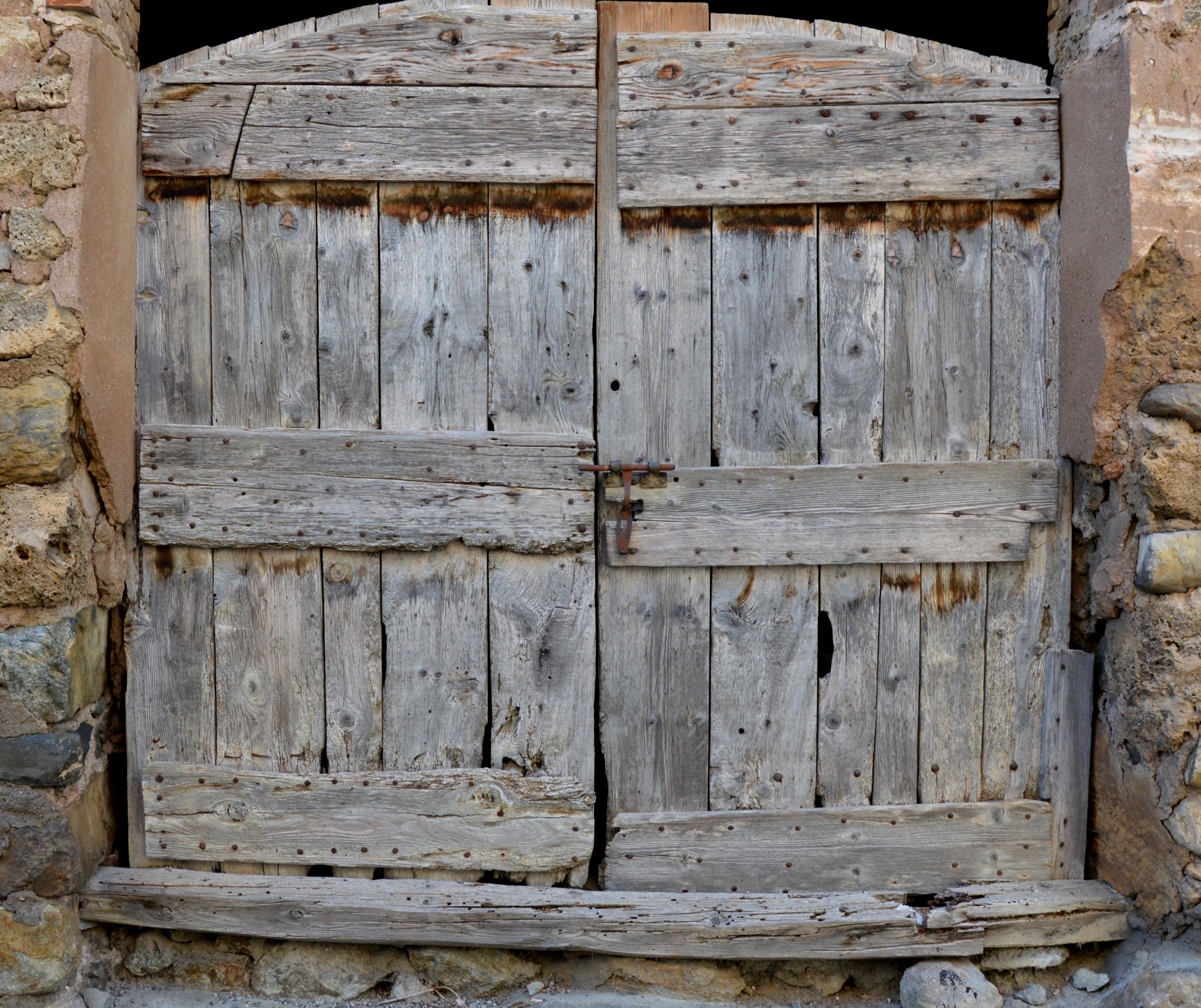 Images gratuites grange cabanon mur de pierre meubles for Porte de cabanon en bois