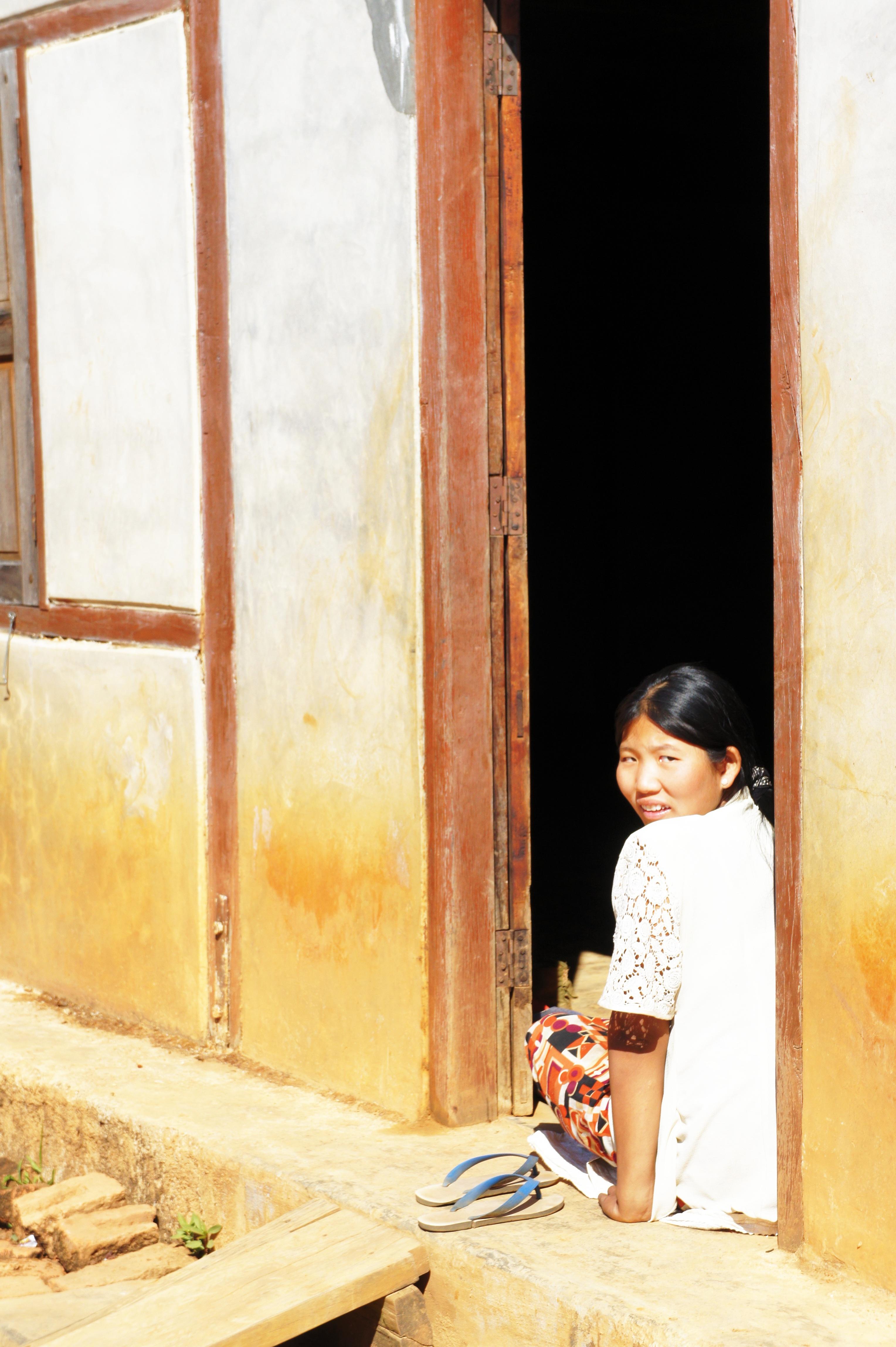 Fotos gratis : madera, niña, mujer, ventana, pared, color, pintura ...