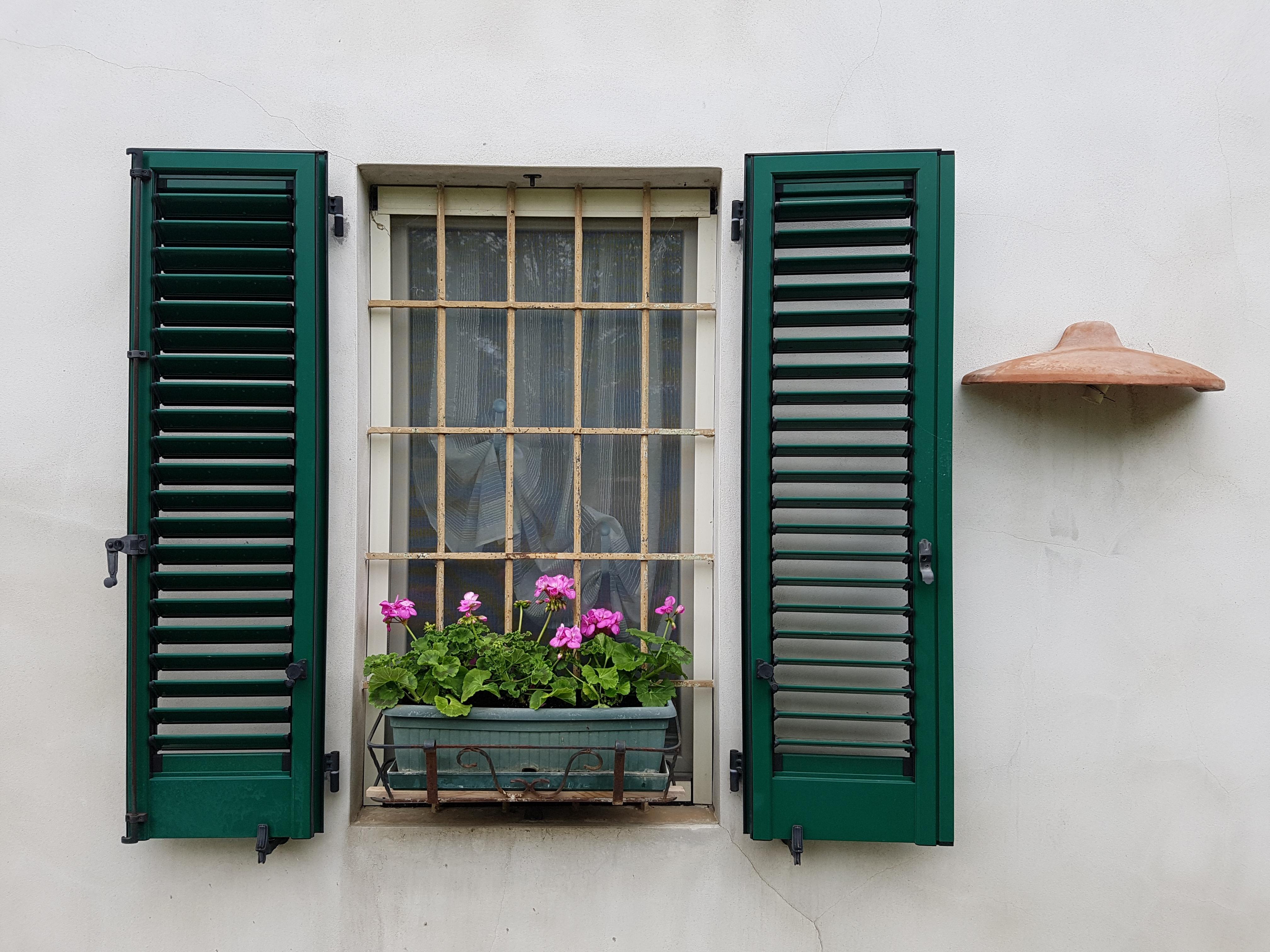 Images gratuites bois maison fleur mur balustrade for Fenetre jalousie en bois