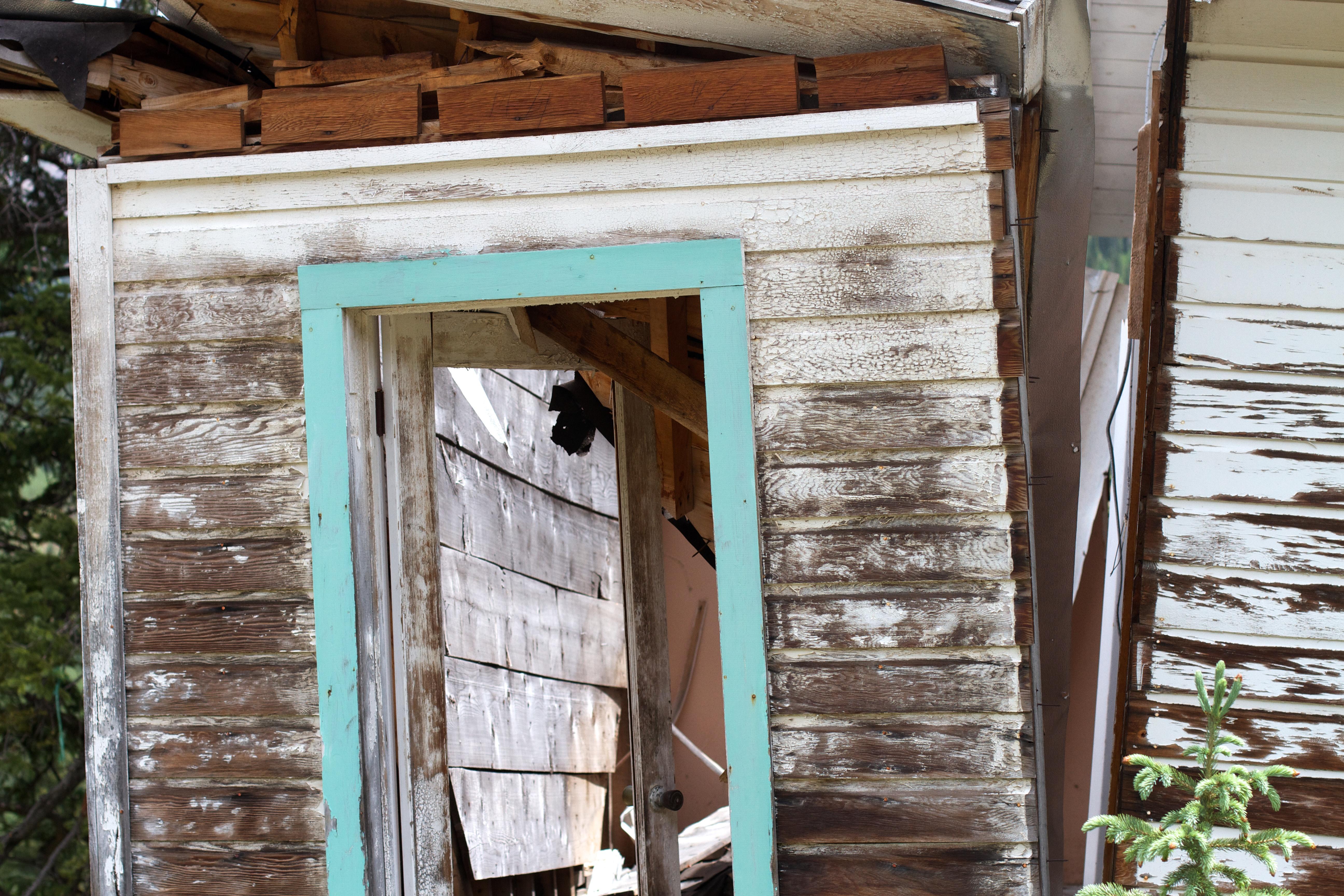 Images gratuites bois maison fen tre cabanon porche chalet arri re cour fa ade porte - Porte cabane bois ...