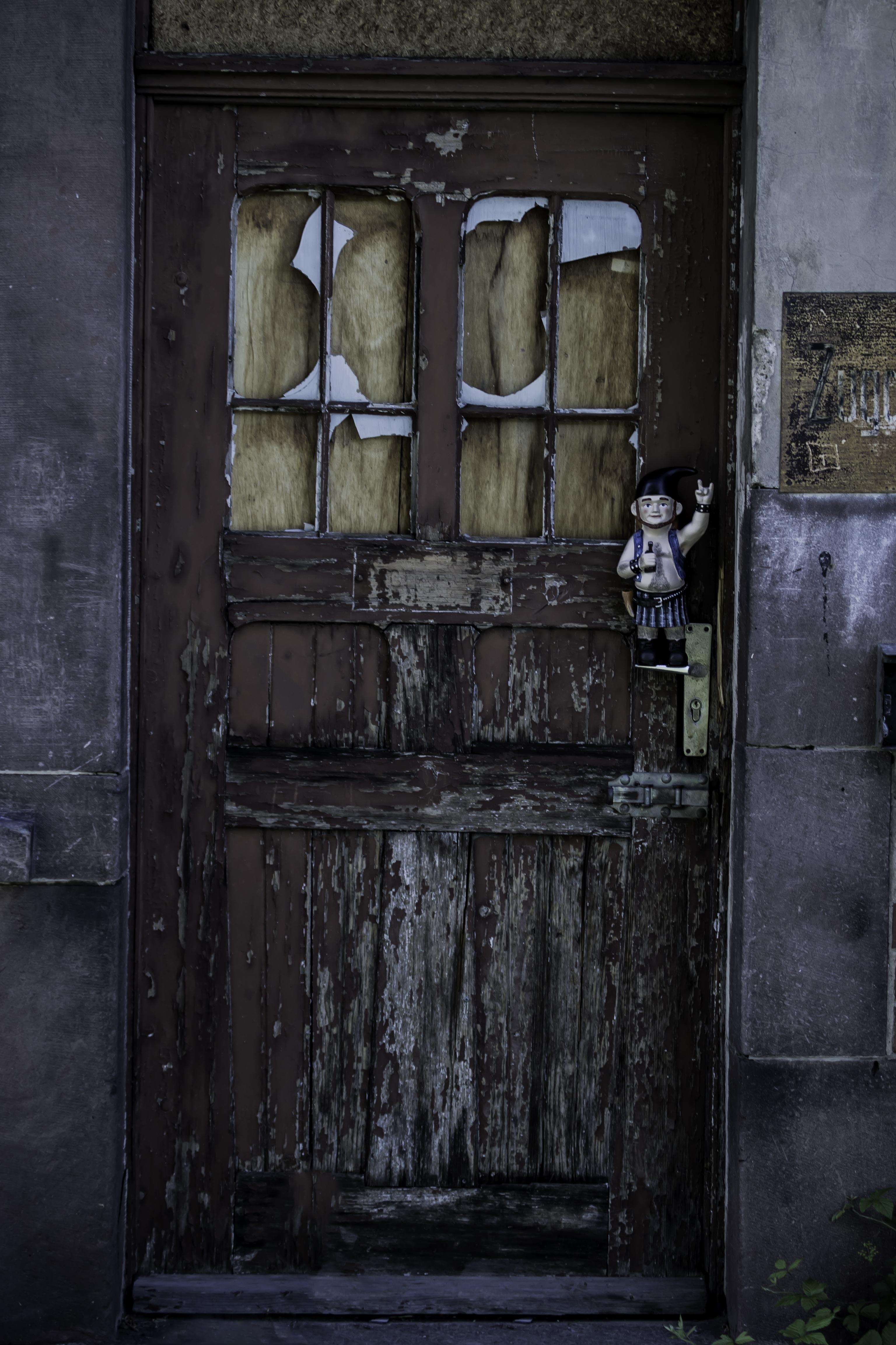 заброшенный дом и открытая дверь фото человек положил