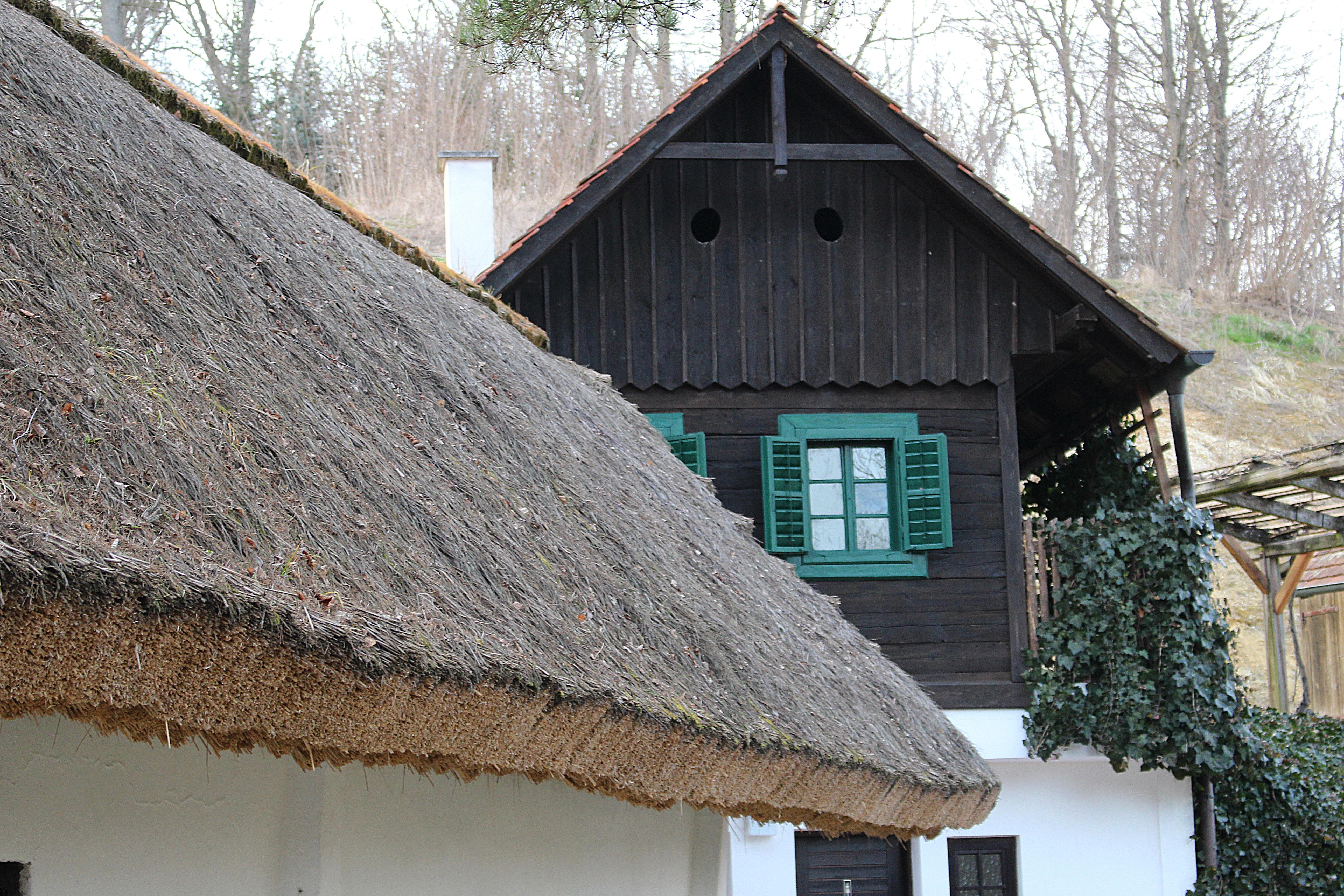 Amazing Holz Haus Fenster Dach Zuhause Ferien Hütte Dorf Hütte Fassade Eigentum  Material Strohdach Stroh Dachdecken Abstellgleis
