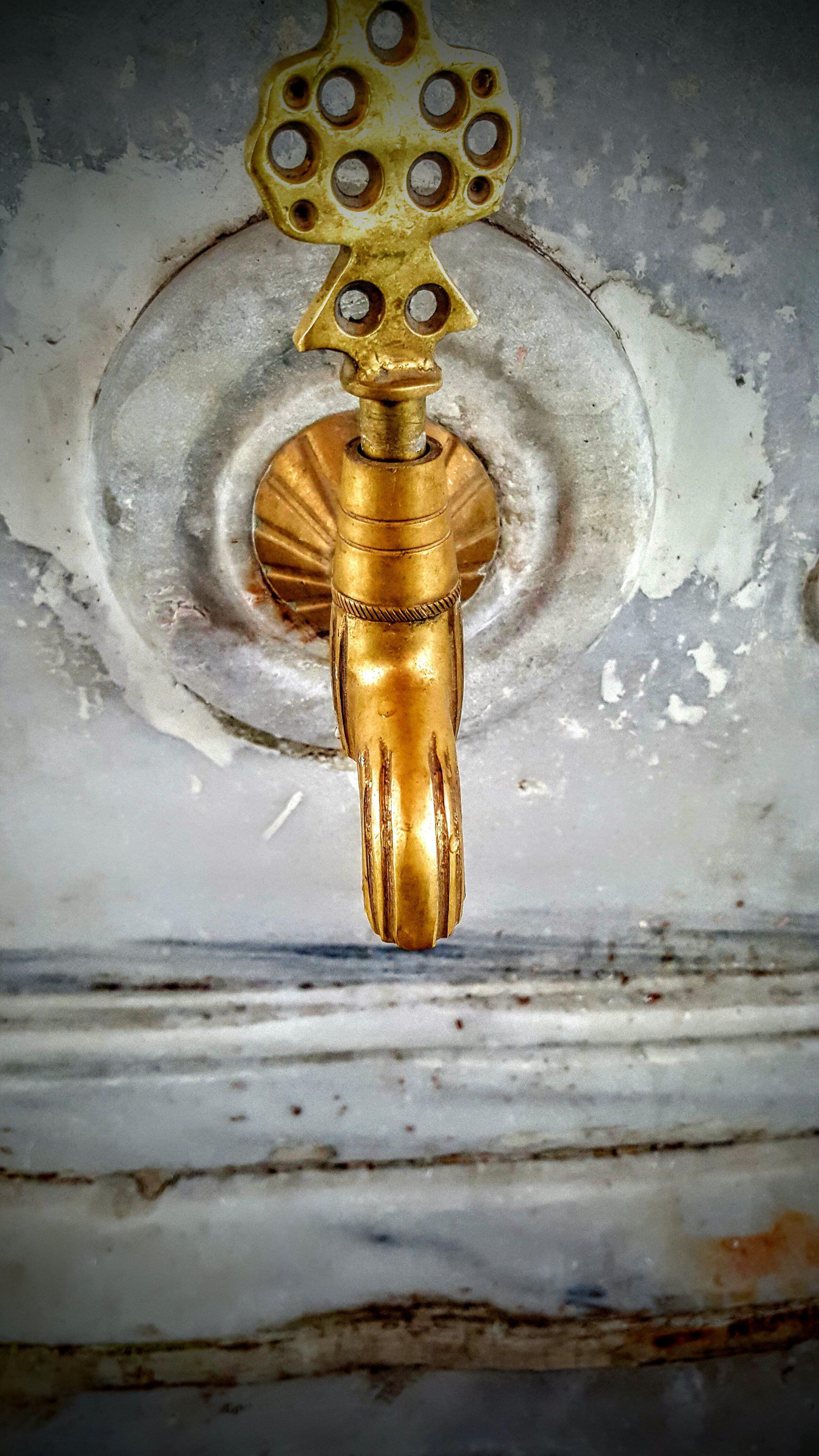 Fotoğraf Ahşap Metal Sarı Malzeme Boyama Musluk Tapınak