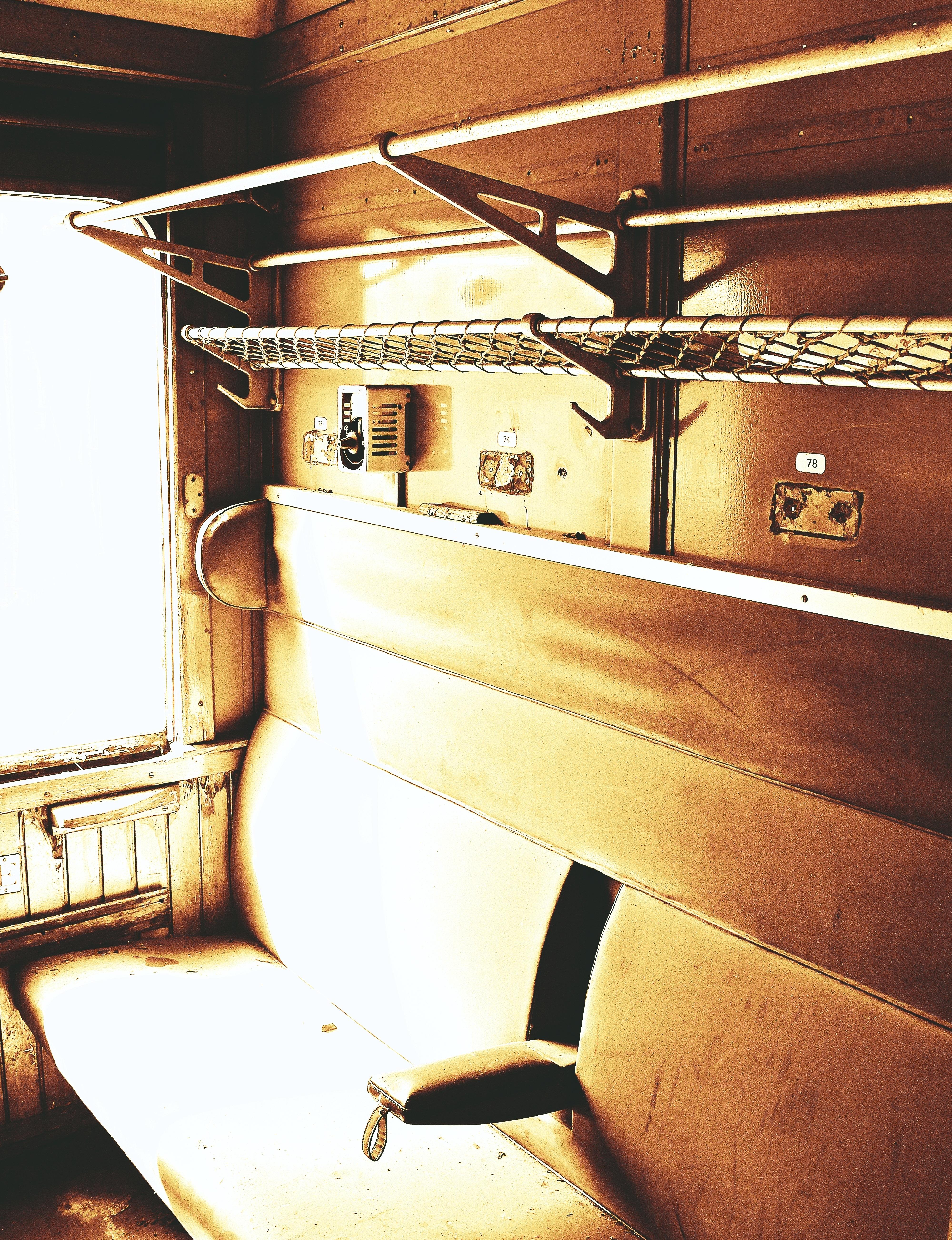 fotos gratis ferrocarril vagon asiento antiguo roto decaer cementerio mueble habitacion resistido diseno de interiores sentar ruina