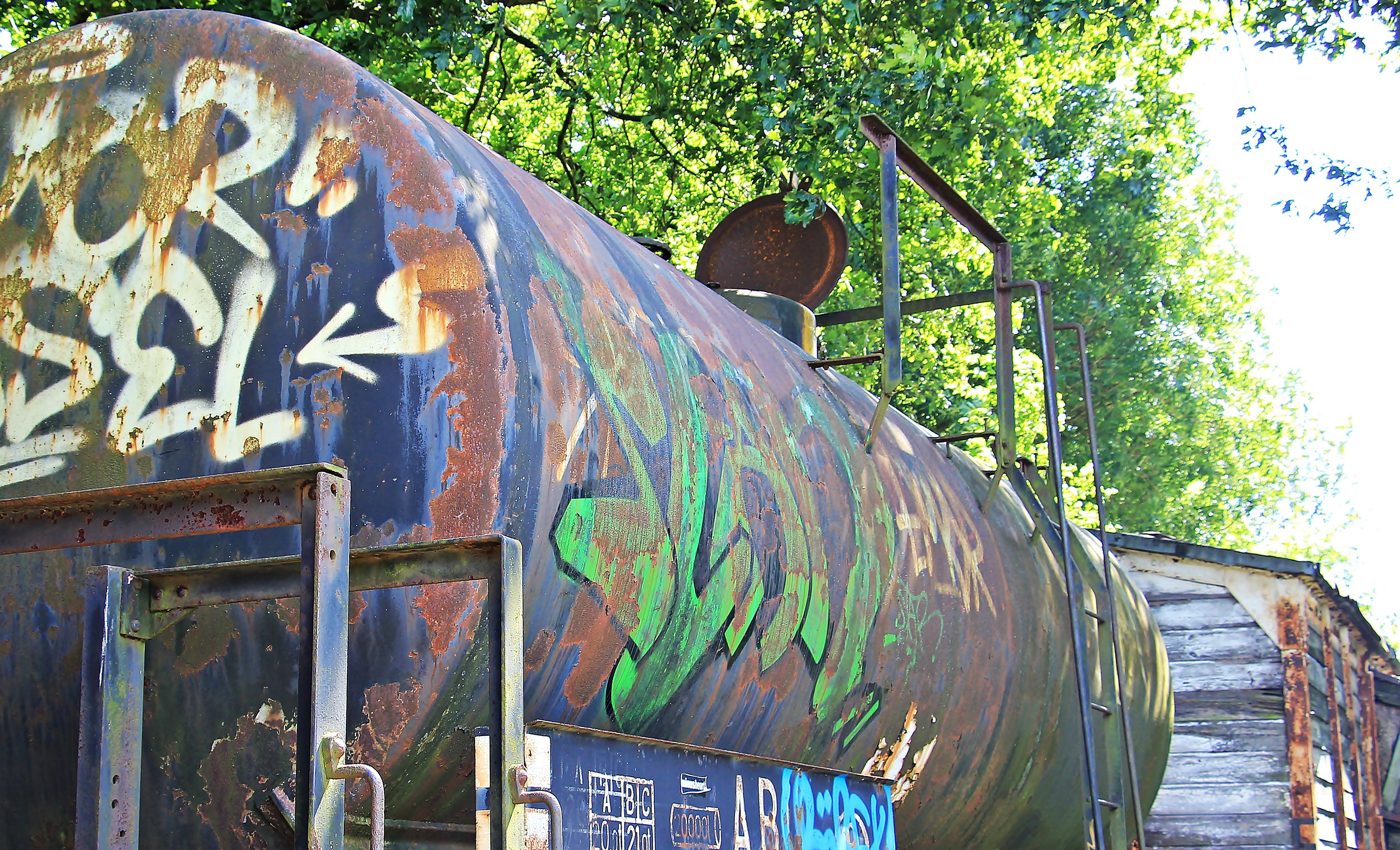 fotos gratis ferrocarril vagon antiguo rociar roto decaer cementerio vistoso pintada resistido art mural ruina descartado obsoleto