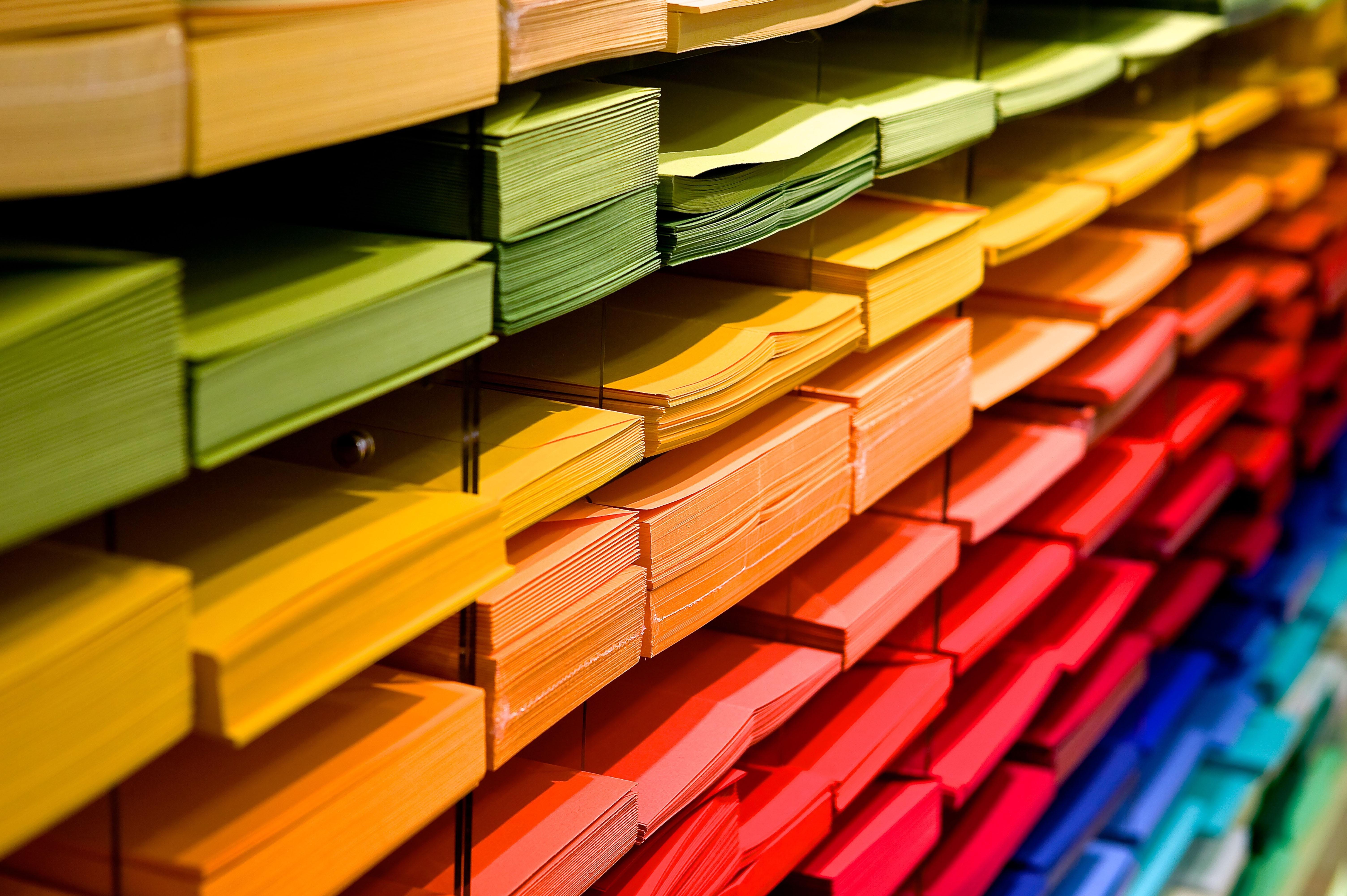 Fotos gratis : madera, fila, pila, línea, vistoso, color, mueble ...