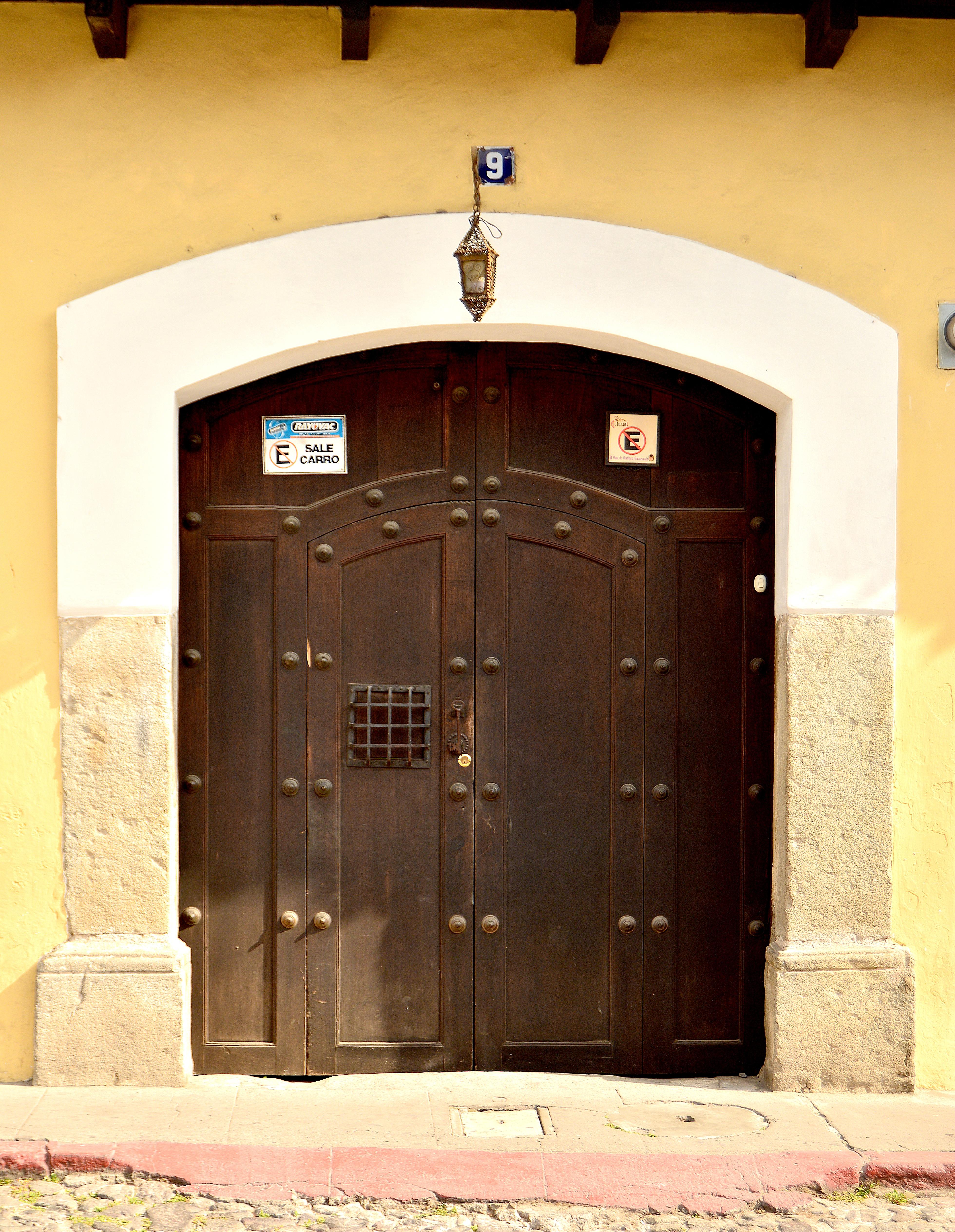 Fotos gratis textura ciudad casa fachada mueble for Puertas de madera prefabricadas guatemala