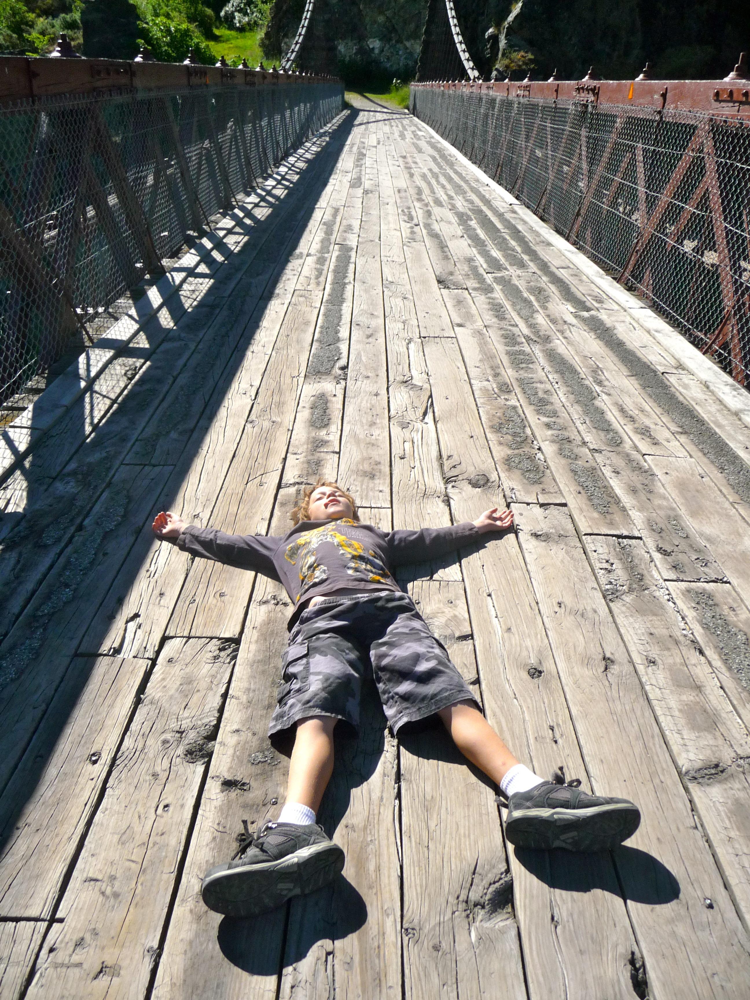 bois Piste pont garçon enfant toit rural en train de dormir enfant mort bébé drôle inquiétant