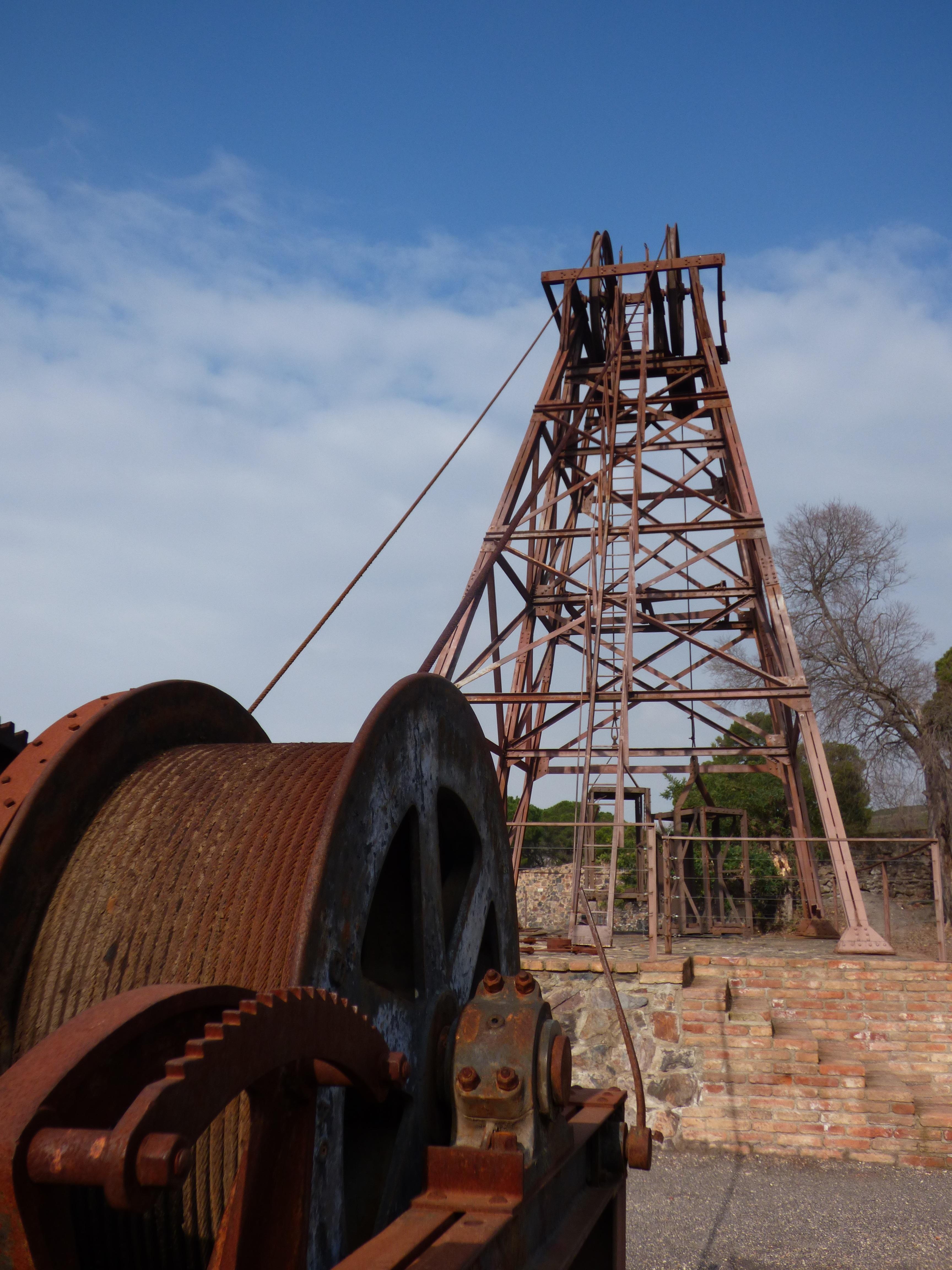 Fotos gratis : madera, vehículo, mástil, bien, ascensor, hierro ...
