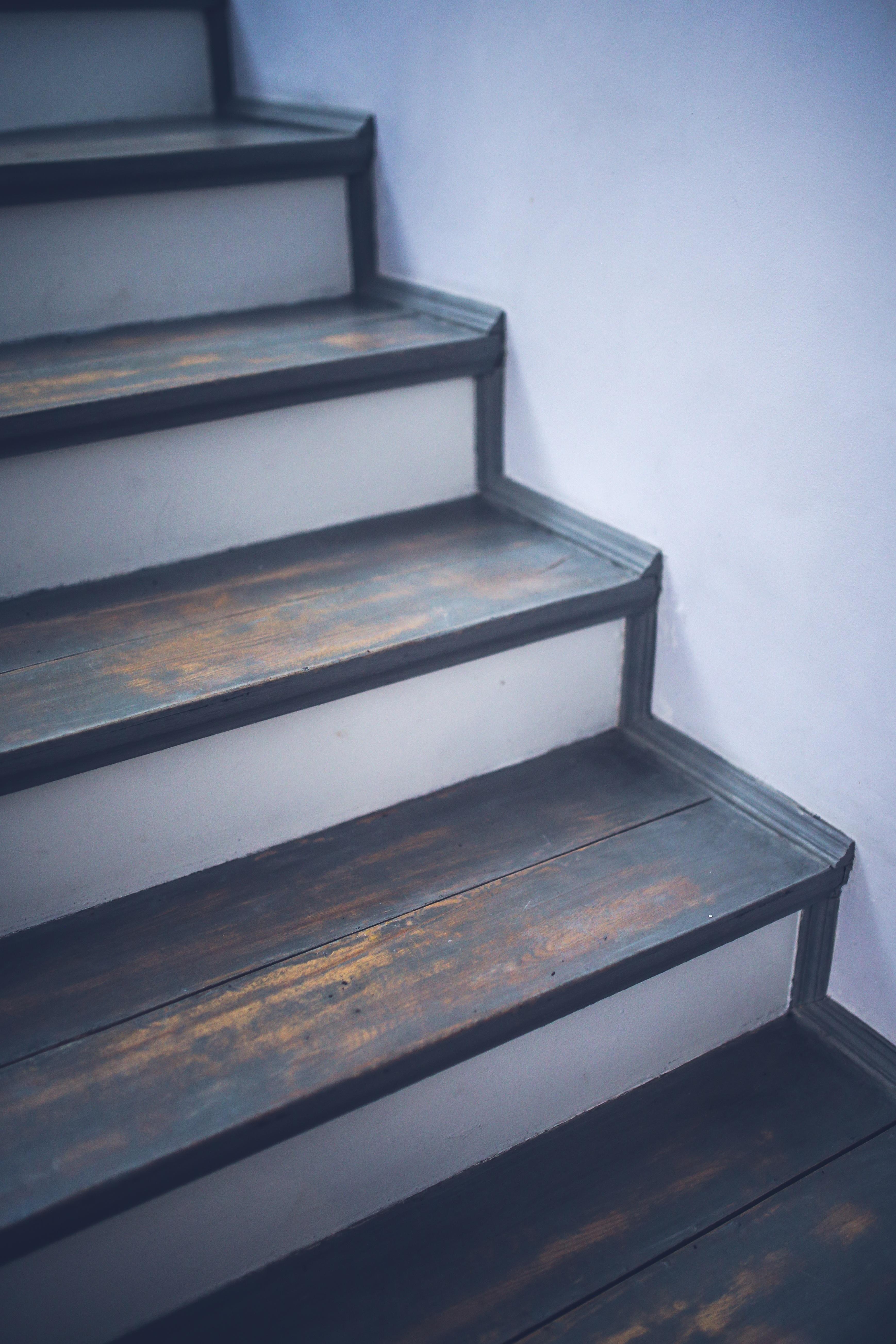 Images gratuites cru int rieur vieux gris meubles produit conception - Escalier bois peint en gris ...
