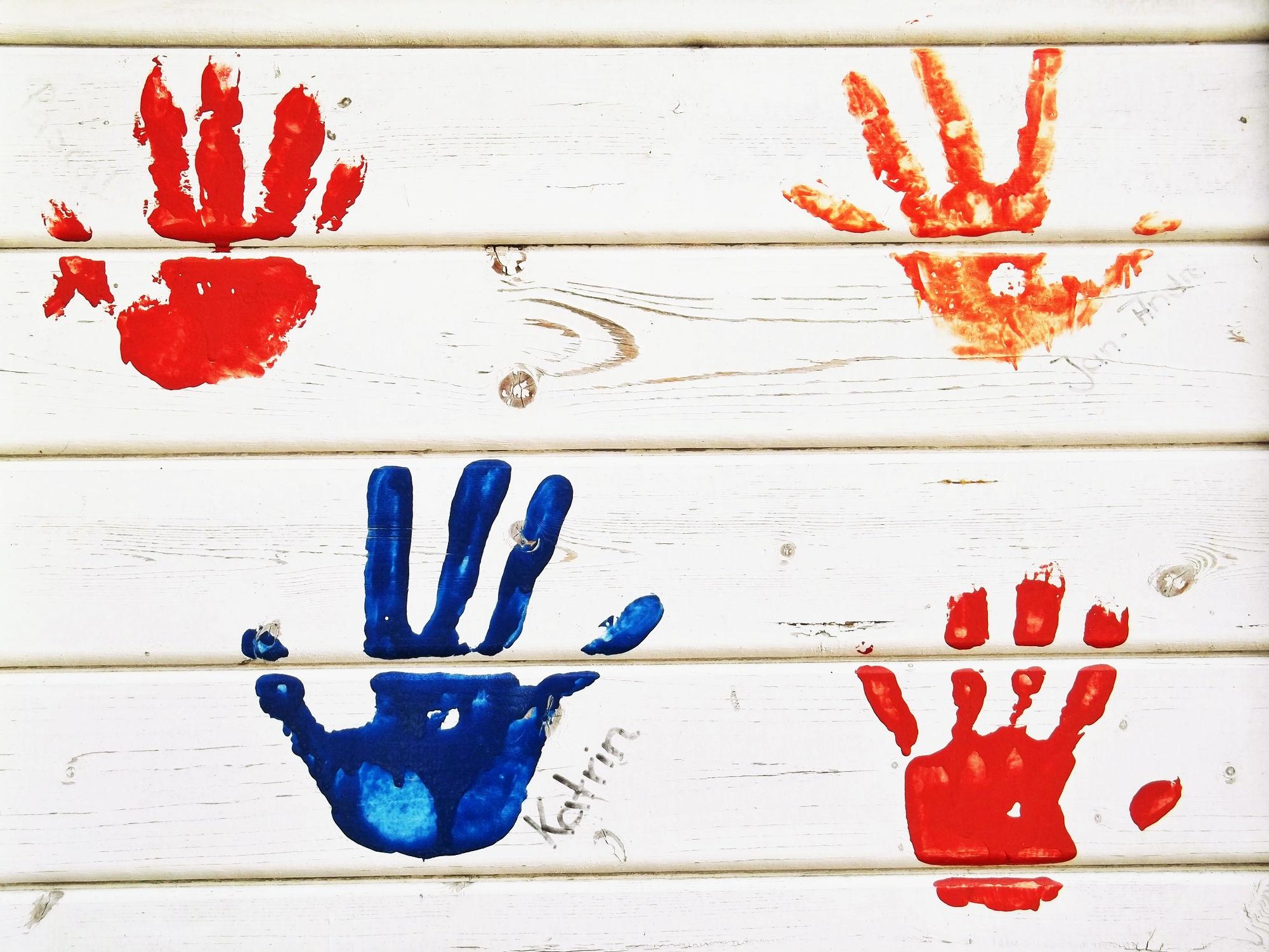 Fotoğraf Ahşap Duvar Parmak Kırmızı Renk Boya Mavi Renkli