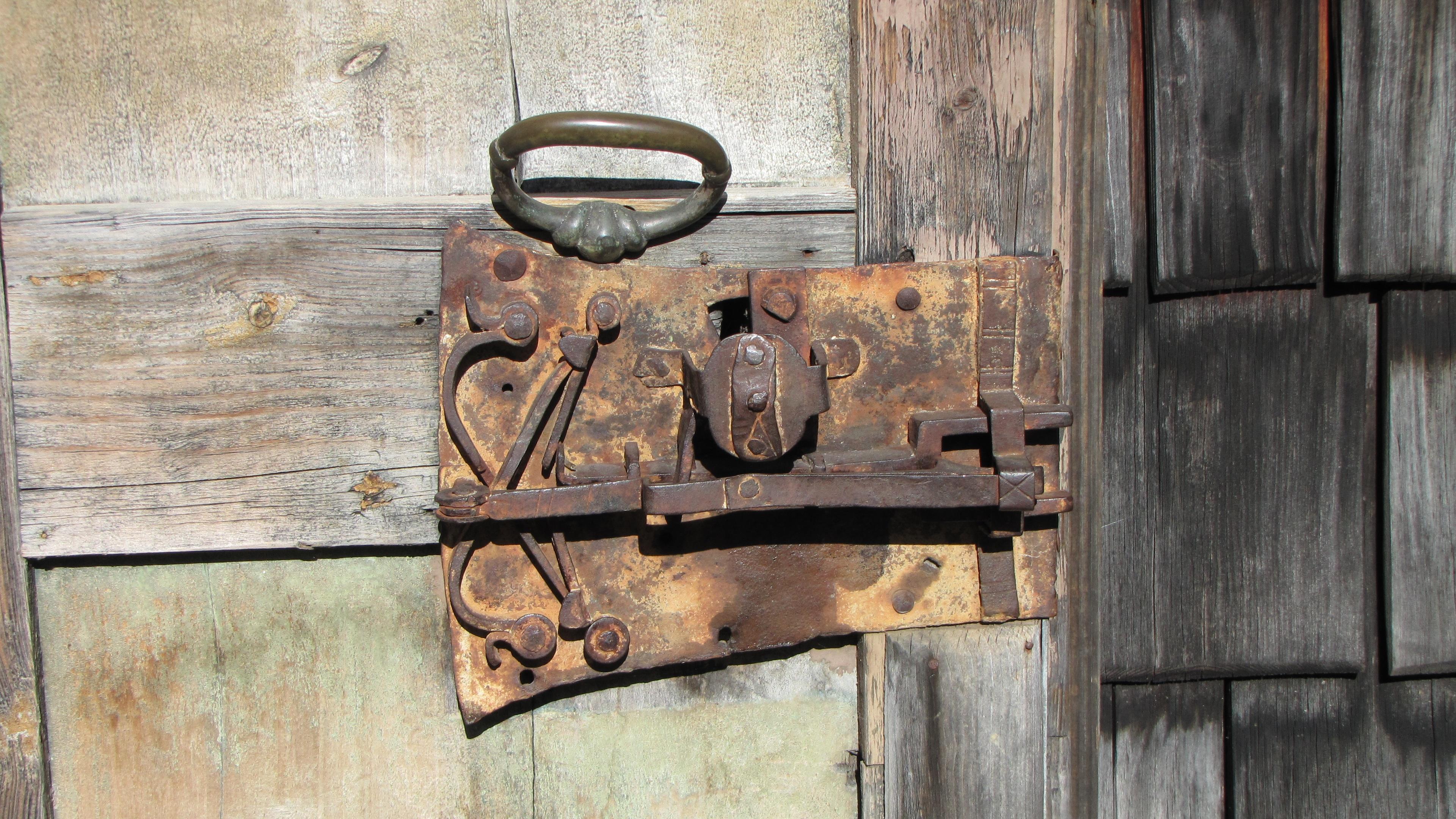 Fotos gratis madera pared metal castillo mueble for Puertas de madera con herreria