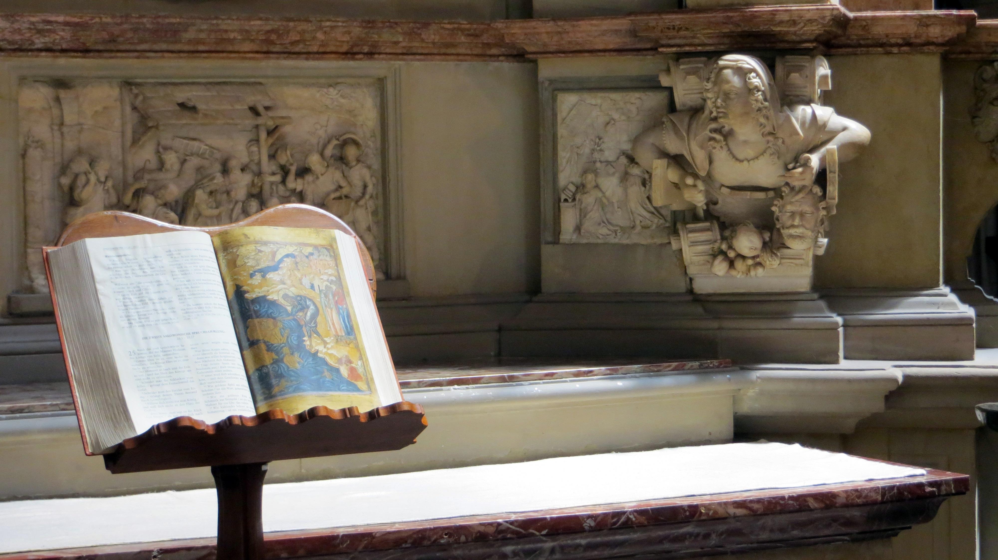 Gratis afbeeldingen hout muur lezing museum kerk woonkamer meubilair kamer bijbel - Schilderij in de kamer ...
