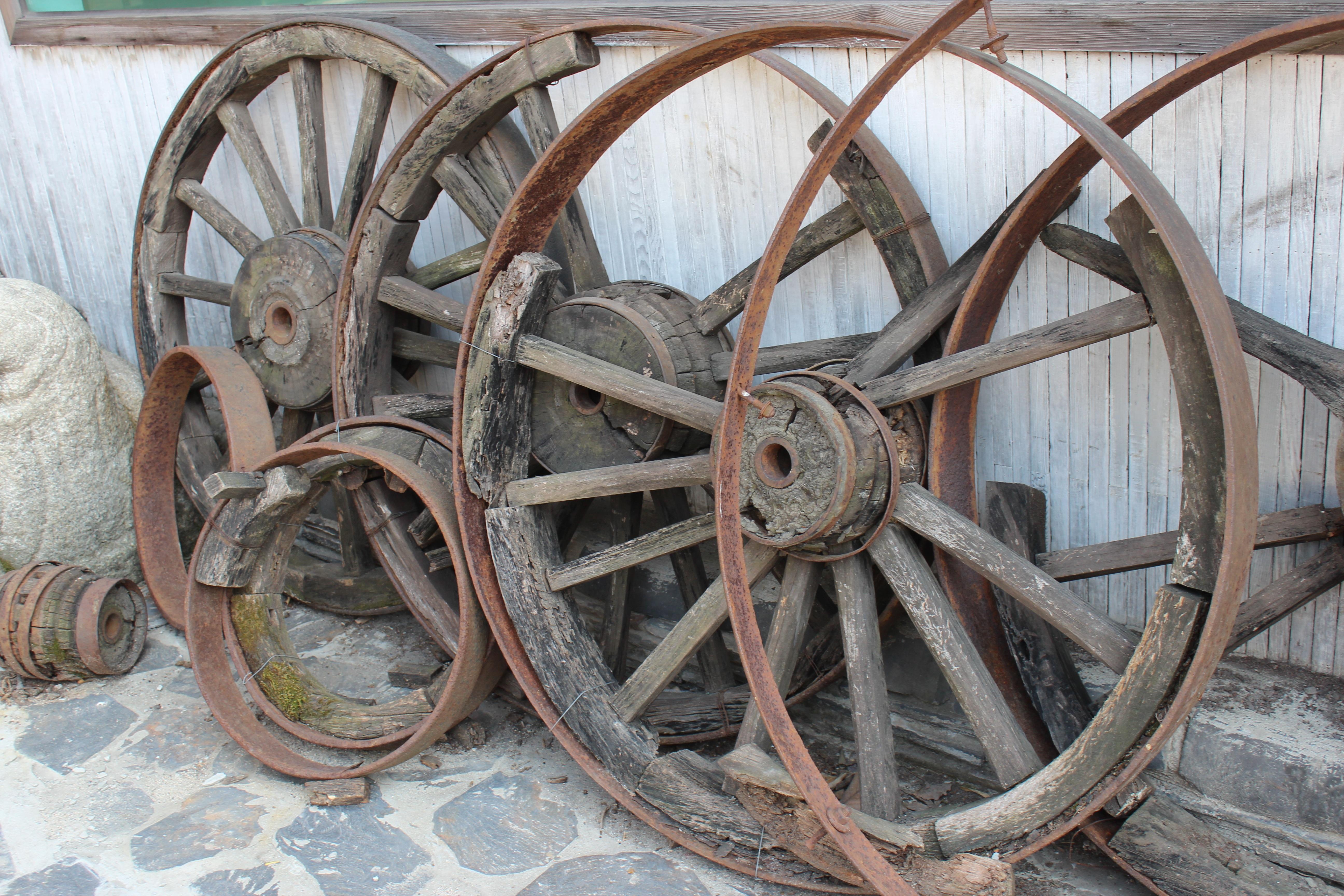 картинка колесо и повозка берегу