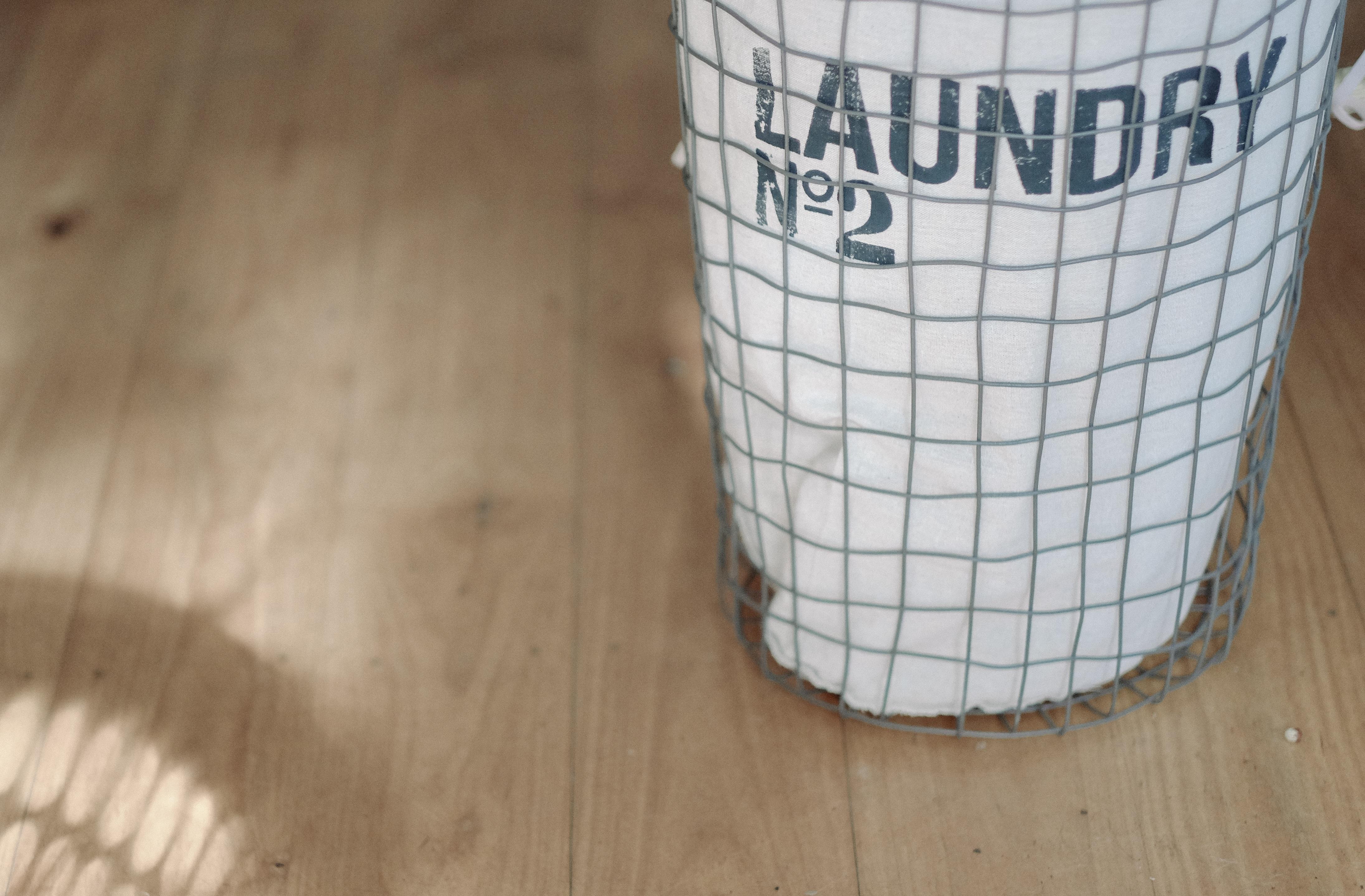 hình ảnh : Gỗ, trắng, sàn nhà, mẫu, công việc nhà, cái rổ, vật chất, giặt ủi, túi giặt, Trong nước, Hình dạng, Ván sàn, Người đàn ông làm đối tượng ...