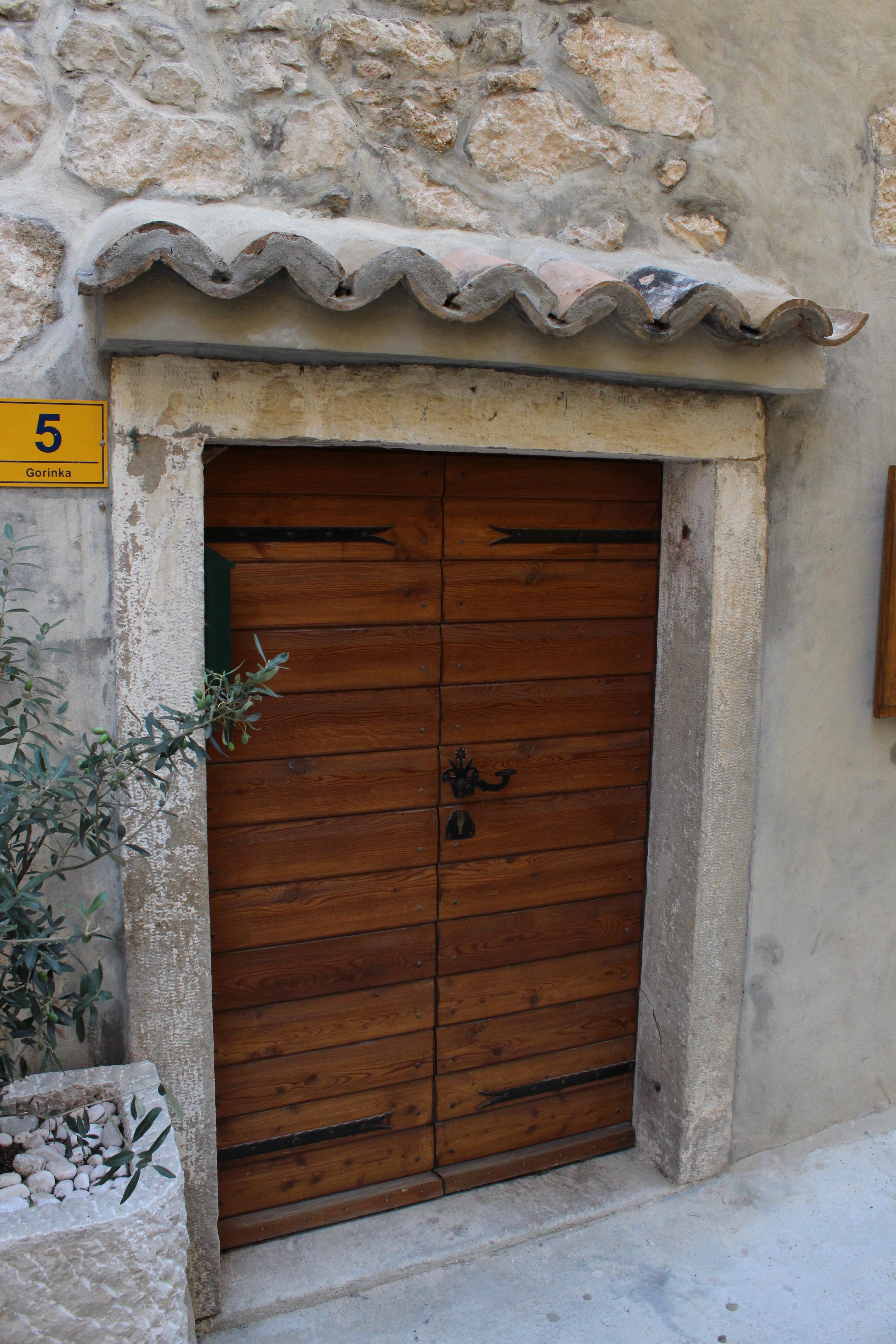 Fotos gratis madera ventana edificio fachada port n - Puertas de madera para entrada principal ...