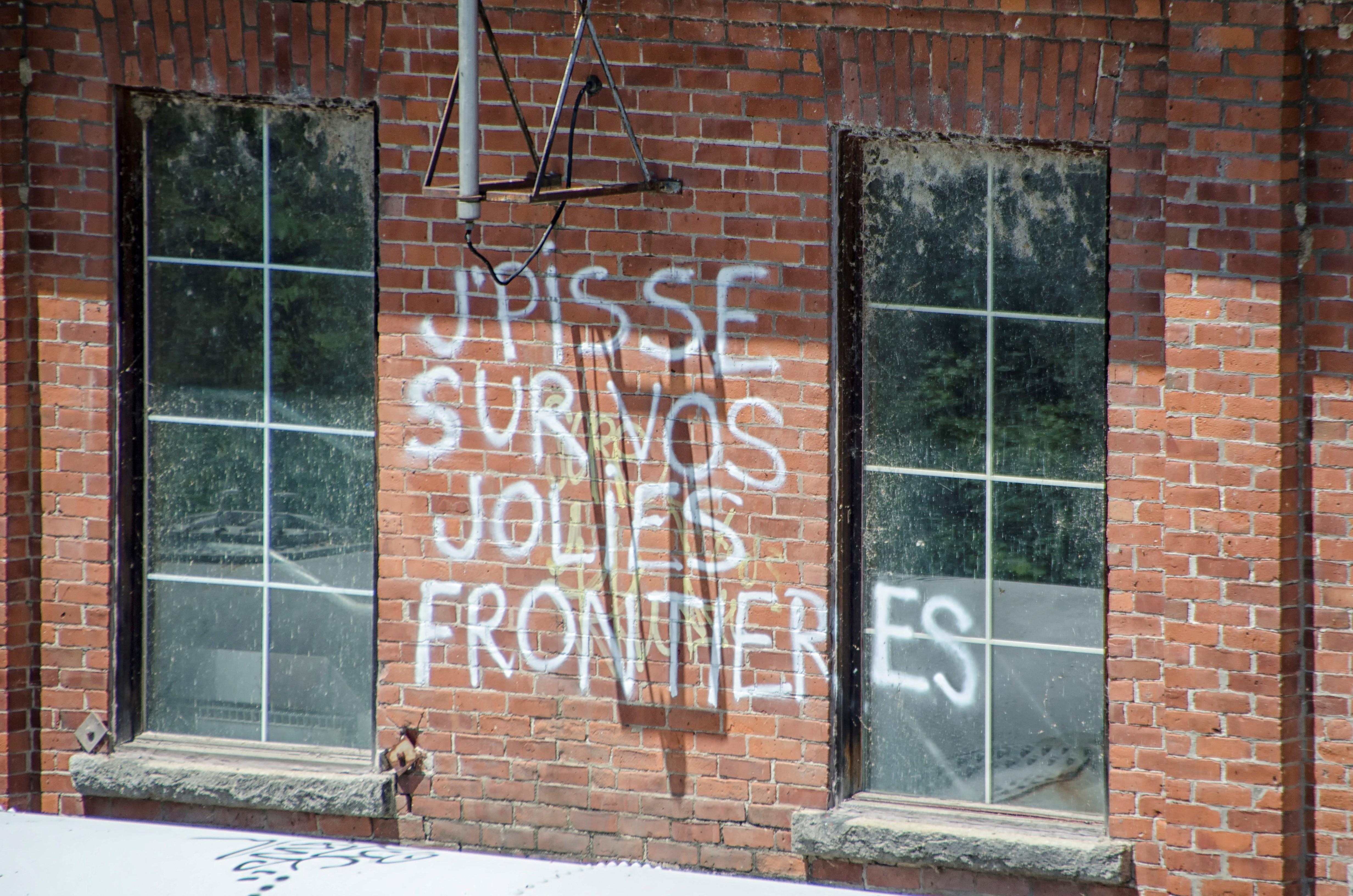 Bois fenêtre verre maison mur façade brique graffiti porte matériel design dintérieur art canada