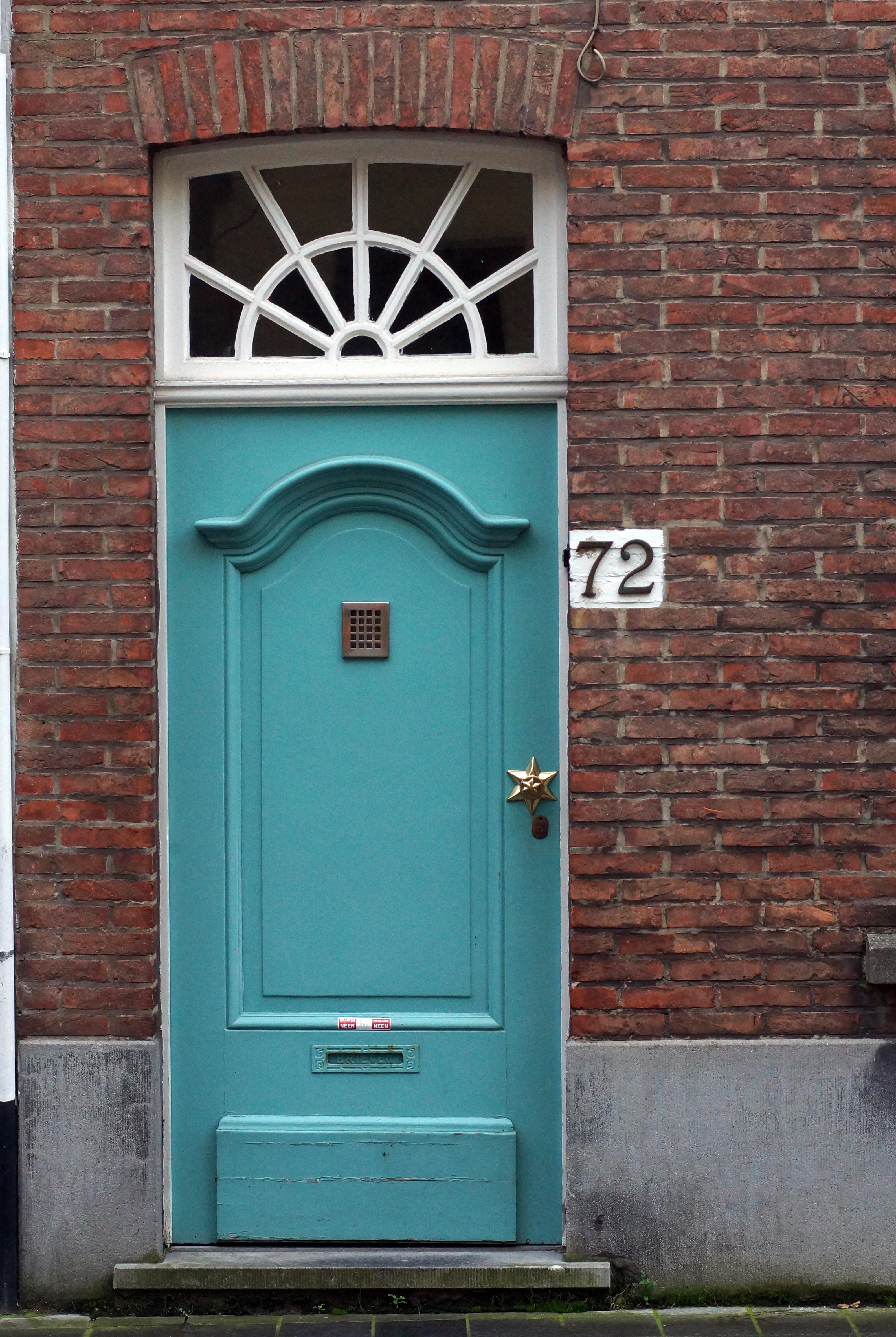 Holz Fenster Mauer Grün Rot Farbe Fassade Blau Ziegel Tür