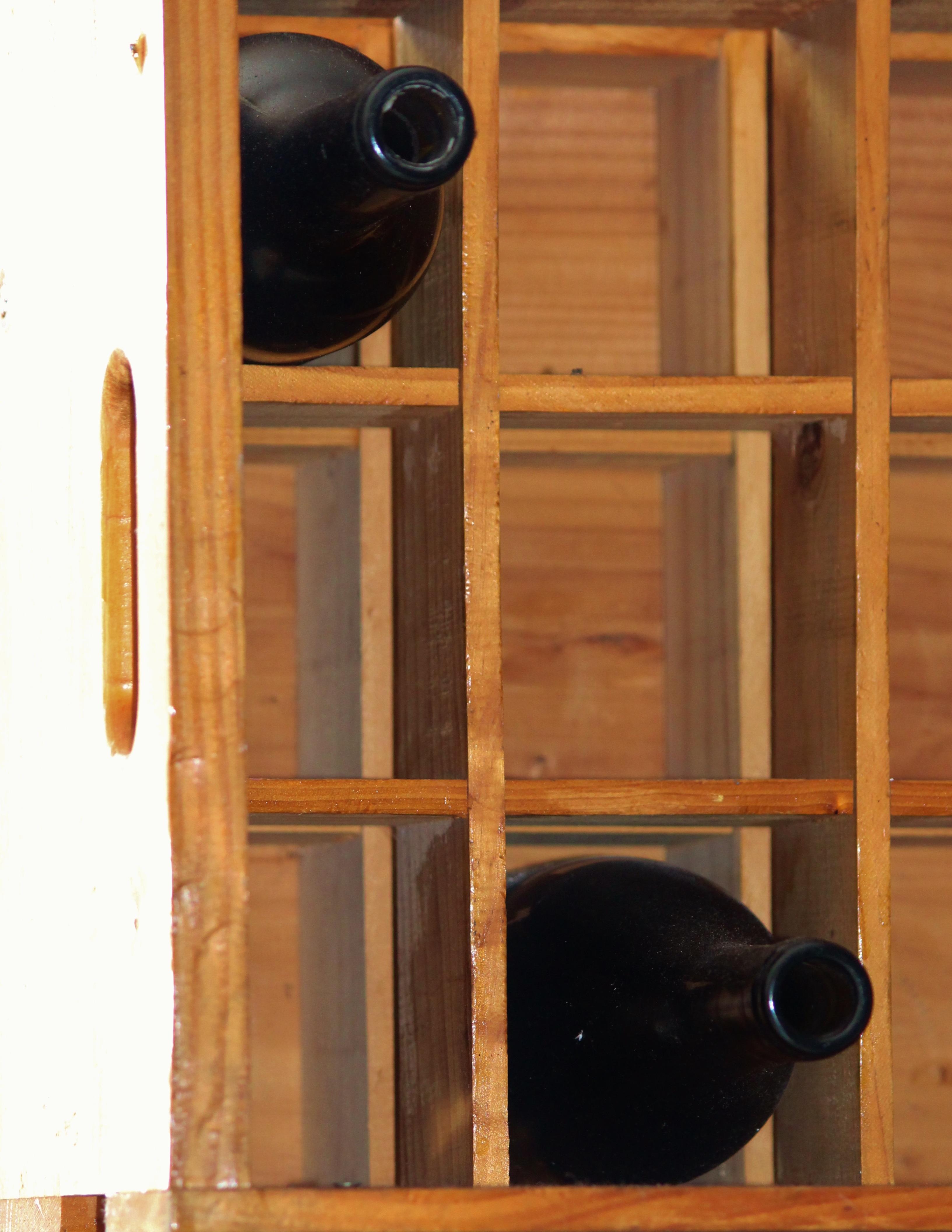 Fotos gratis : estante, mueble, habitación, botella de vino ...