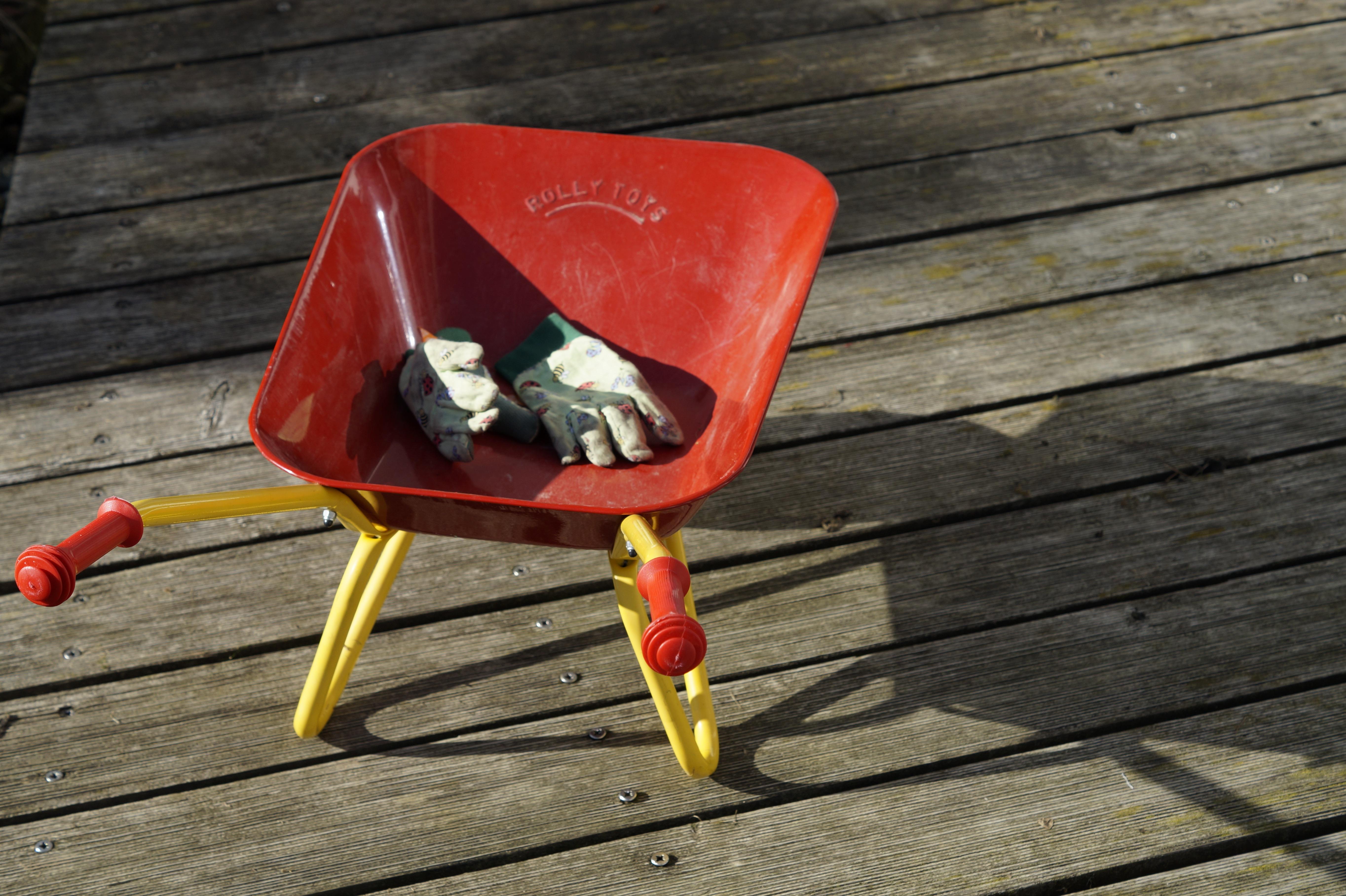 Fotos gratis carro silla rojo oto o ni o mueble for Equipo de jardineria